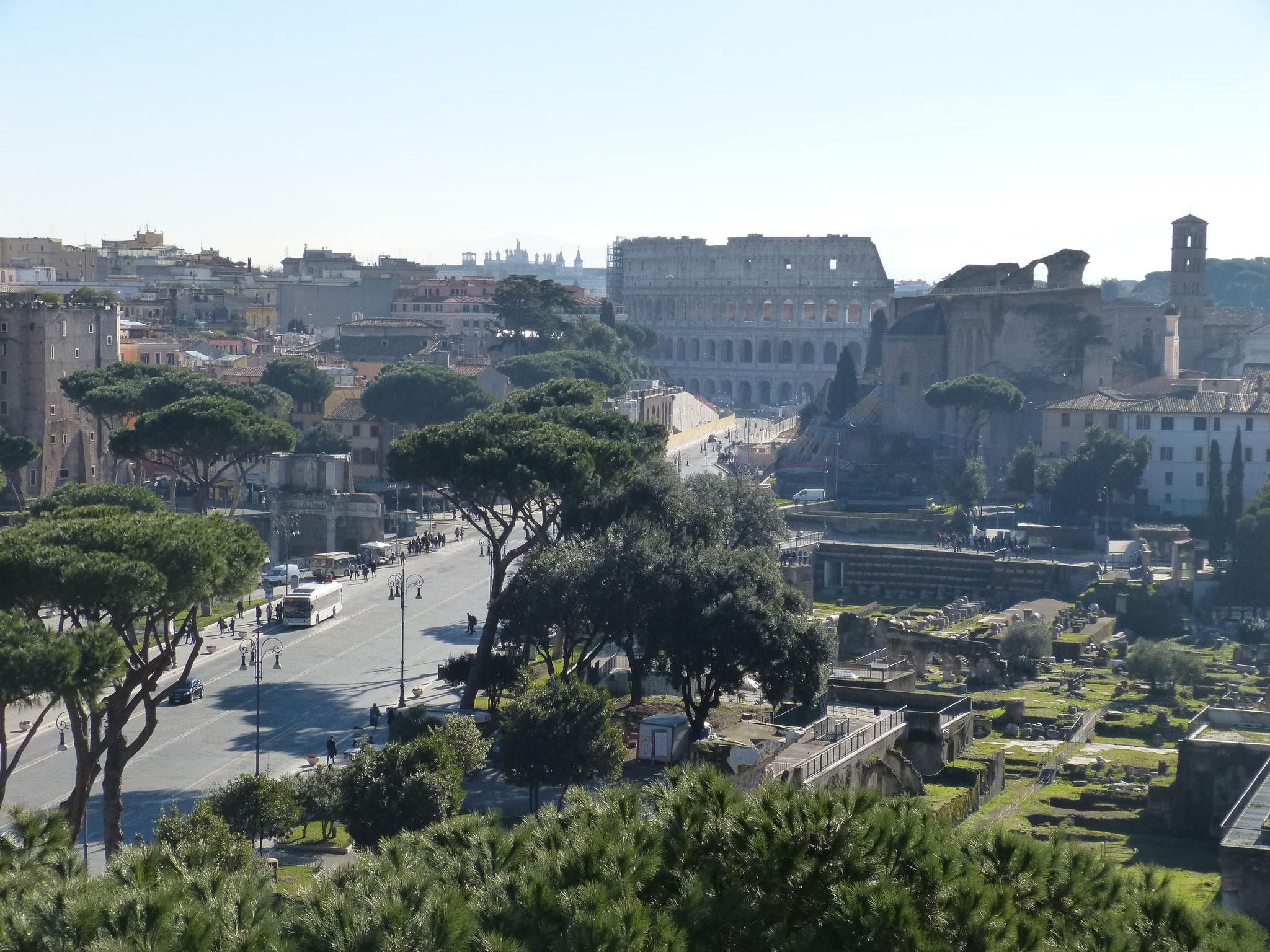 Ausblick auf die Via di Fori Imperiali und das Kolosseum