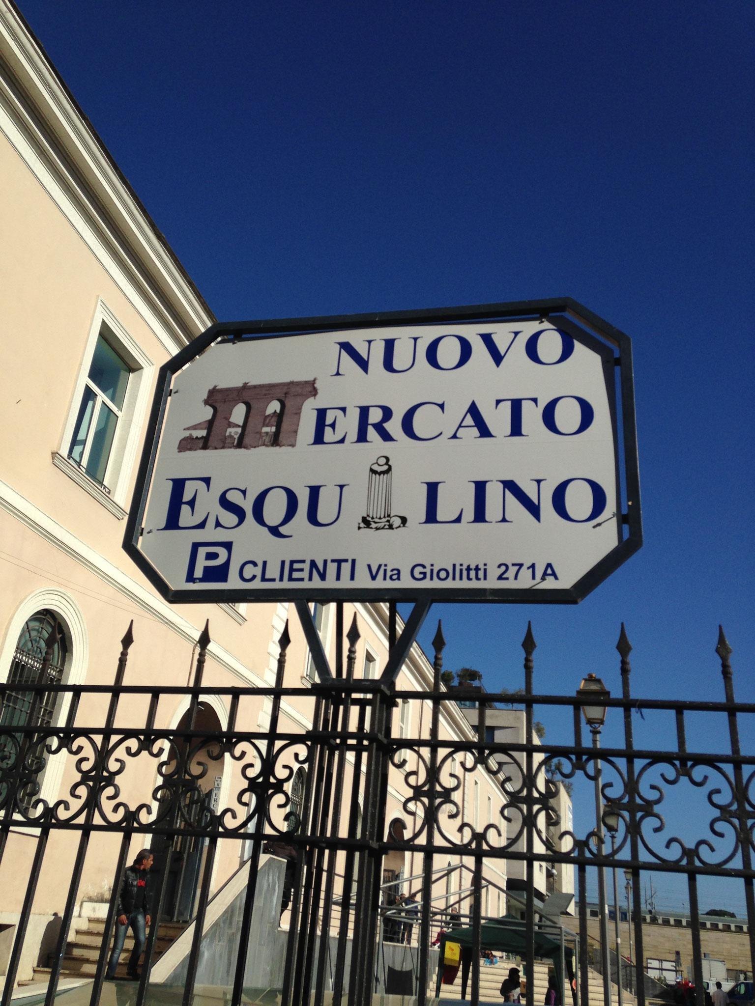 Ein Eingangsschild weist den Weg zum überdachten Mercato Esquilino.