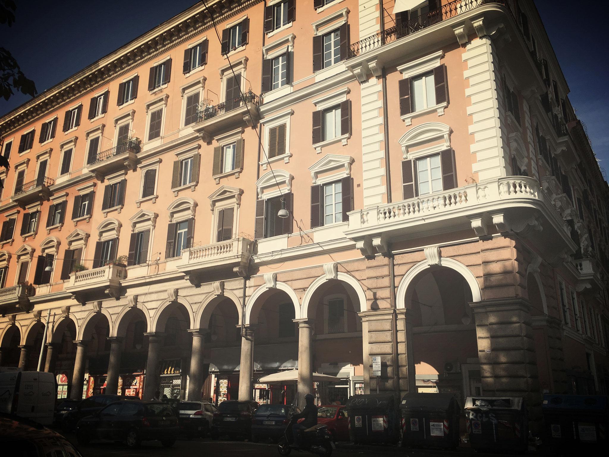 Die einstmals noblen Kolonnaden an der Piazza Vittorio.