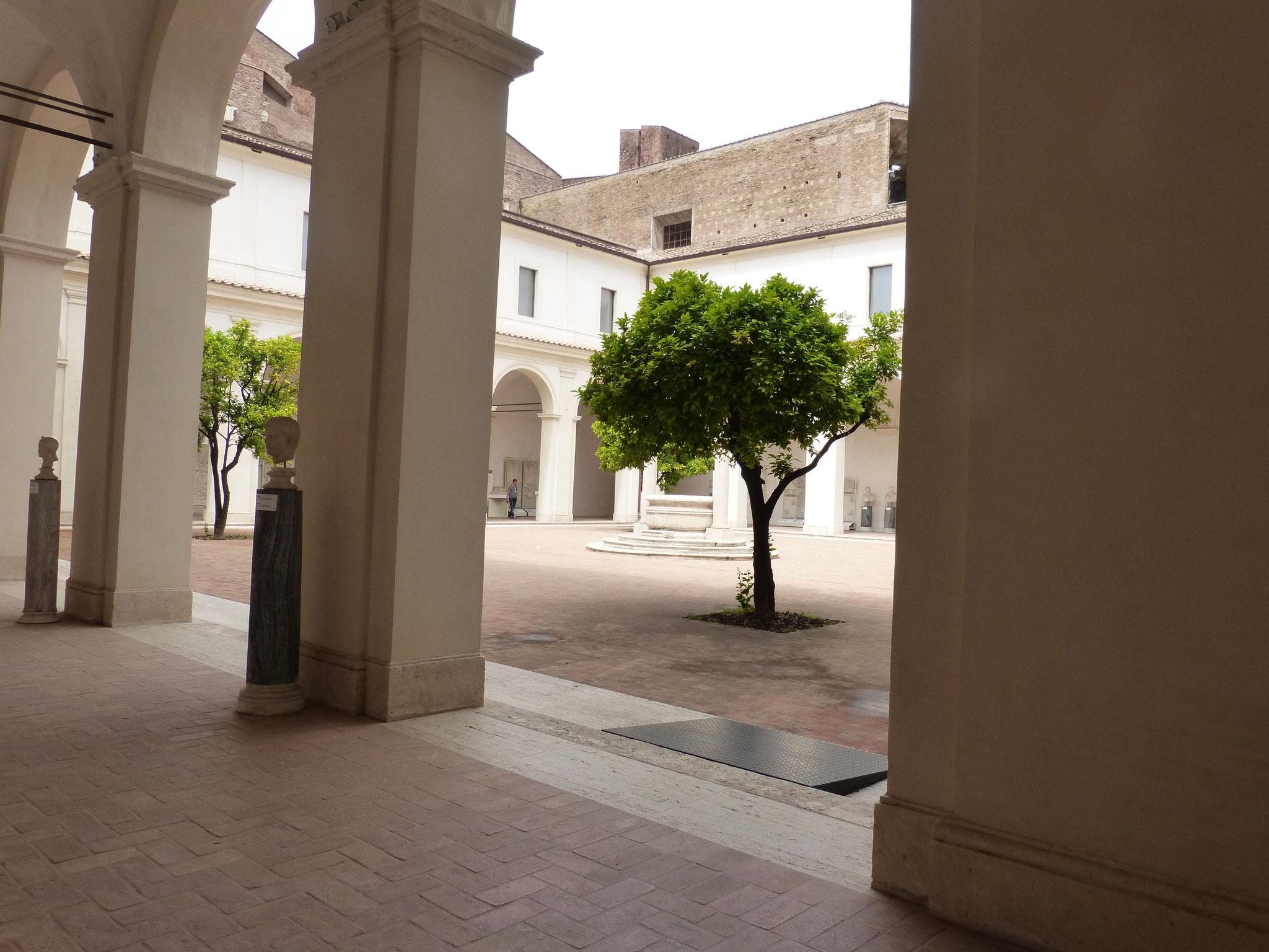 Einer der beiden Kreuzgänge des ehemaligen Klosters.