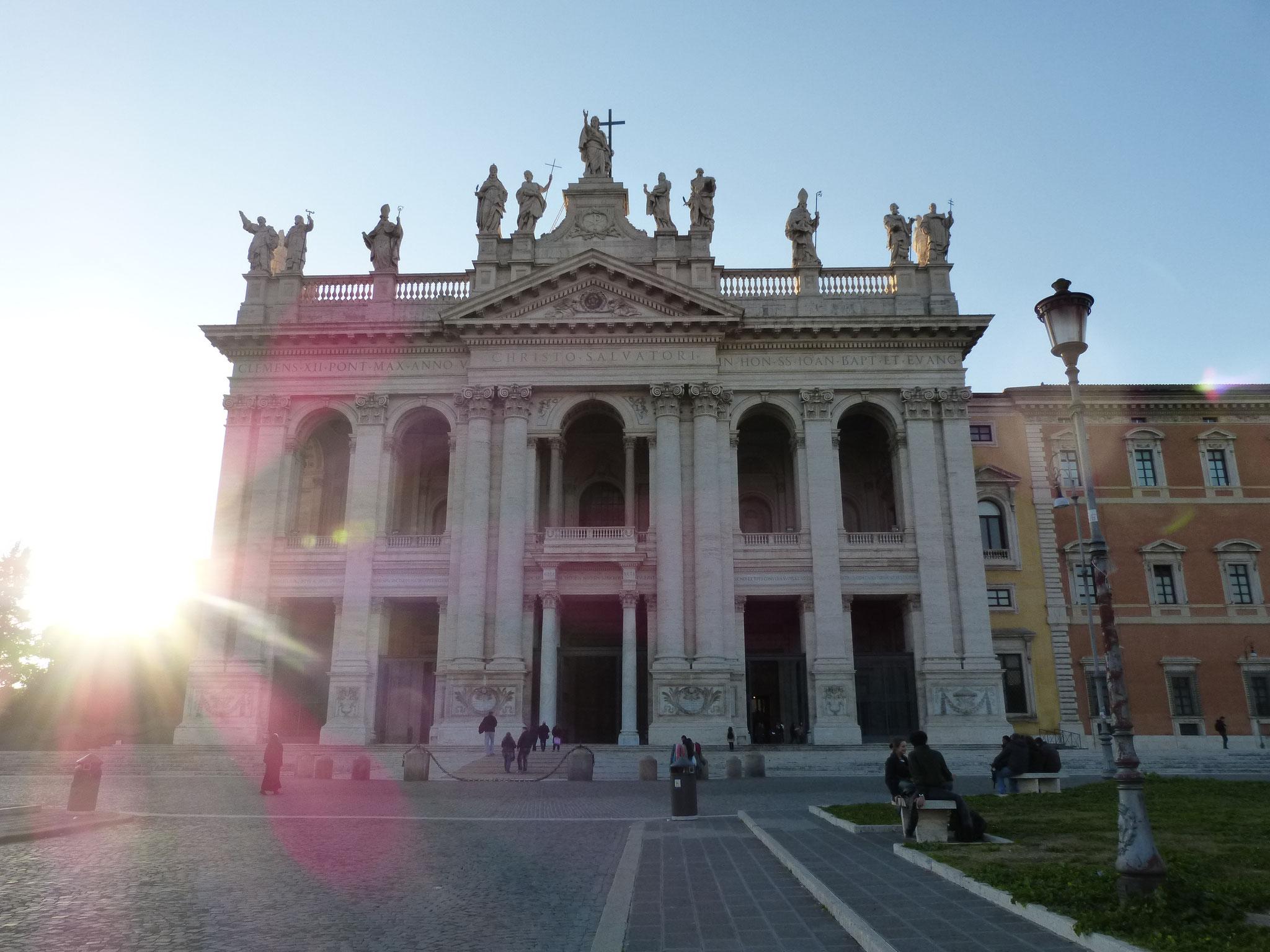 Die Hauptfassade der Basilika San Giovanni in Laterano.