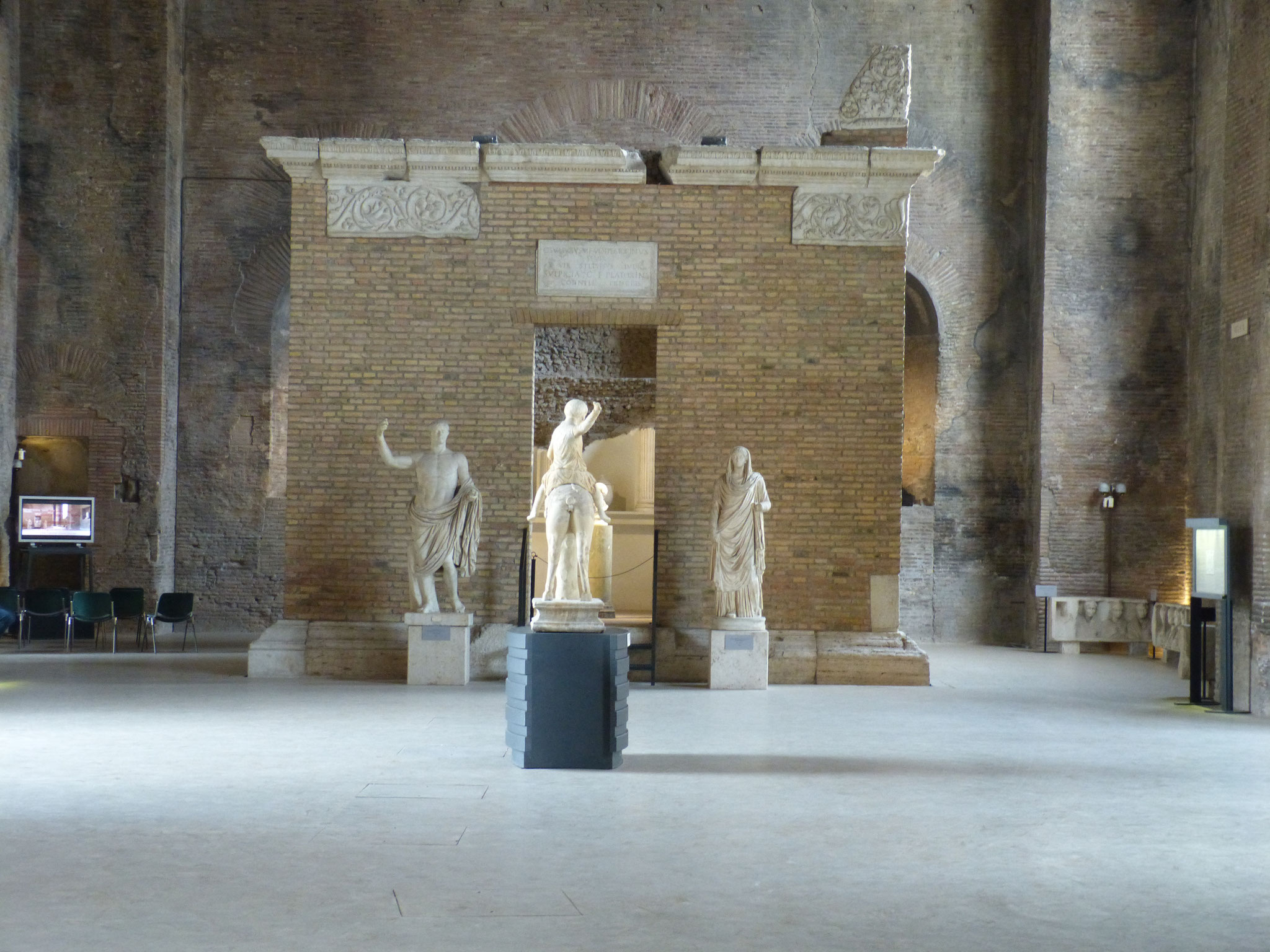 Kunst in den Überresten der antiken Diokletiansthermen.