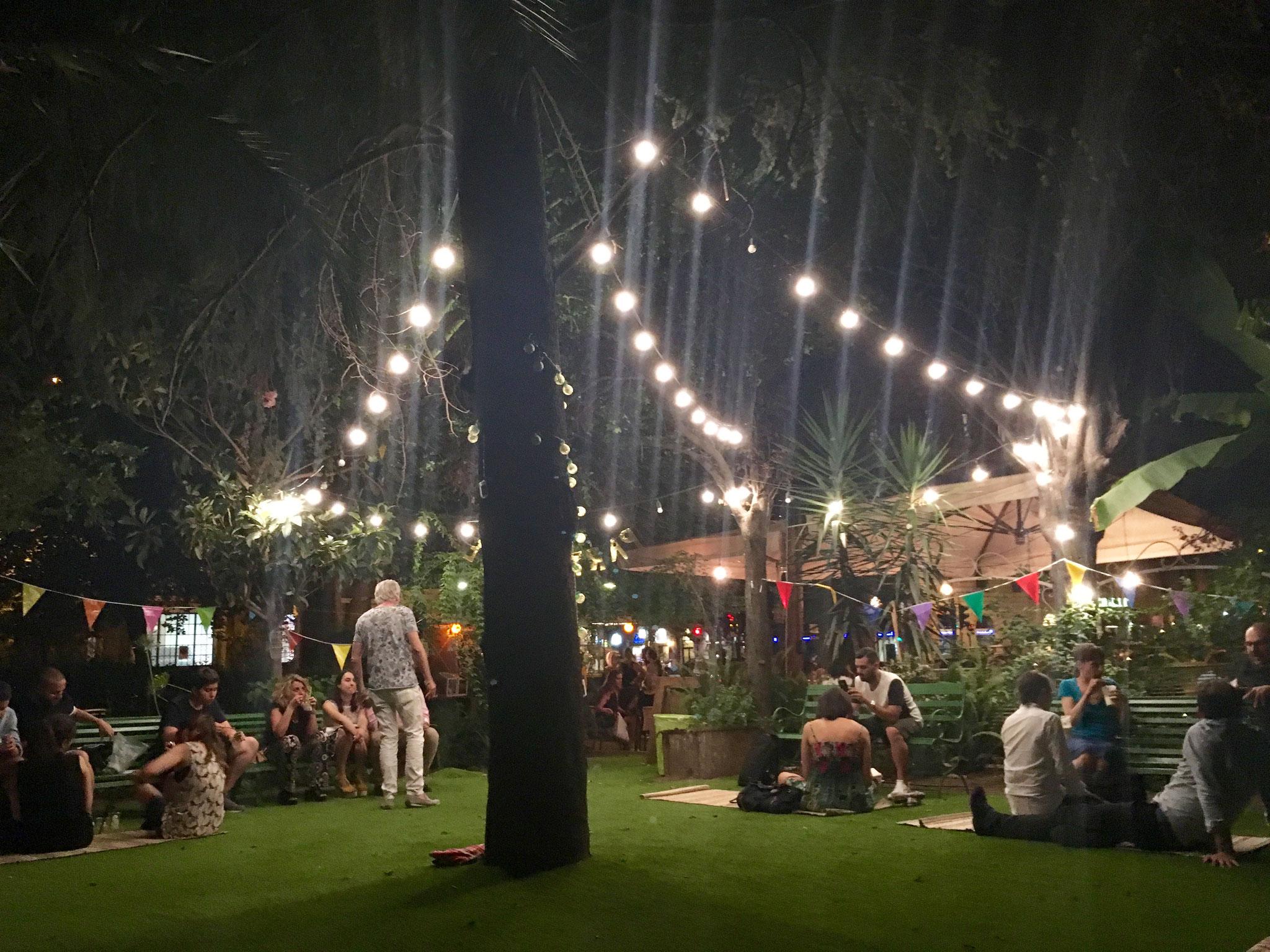 Tagsüber Café - abends Open-Air-Bar. Das Tram-Depot in Testaccio gehört zu meinen Lieblings-Sommer-Locations!