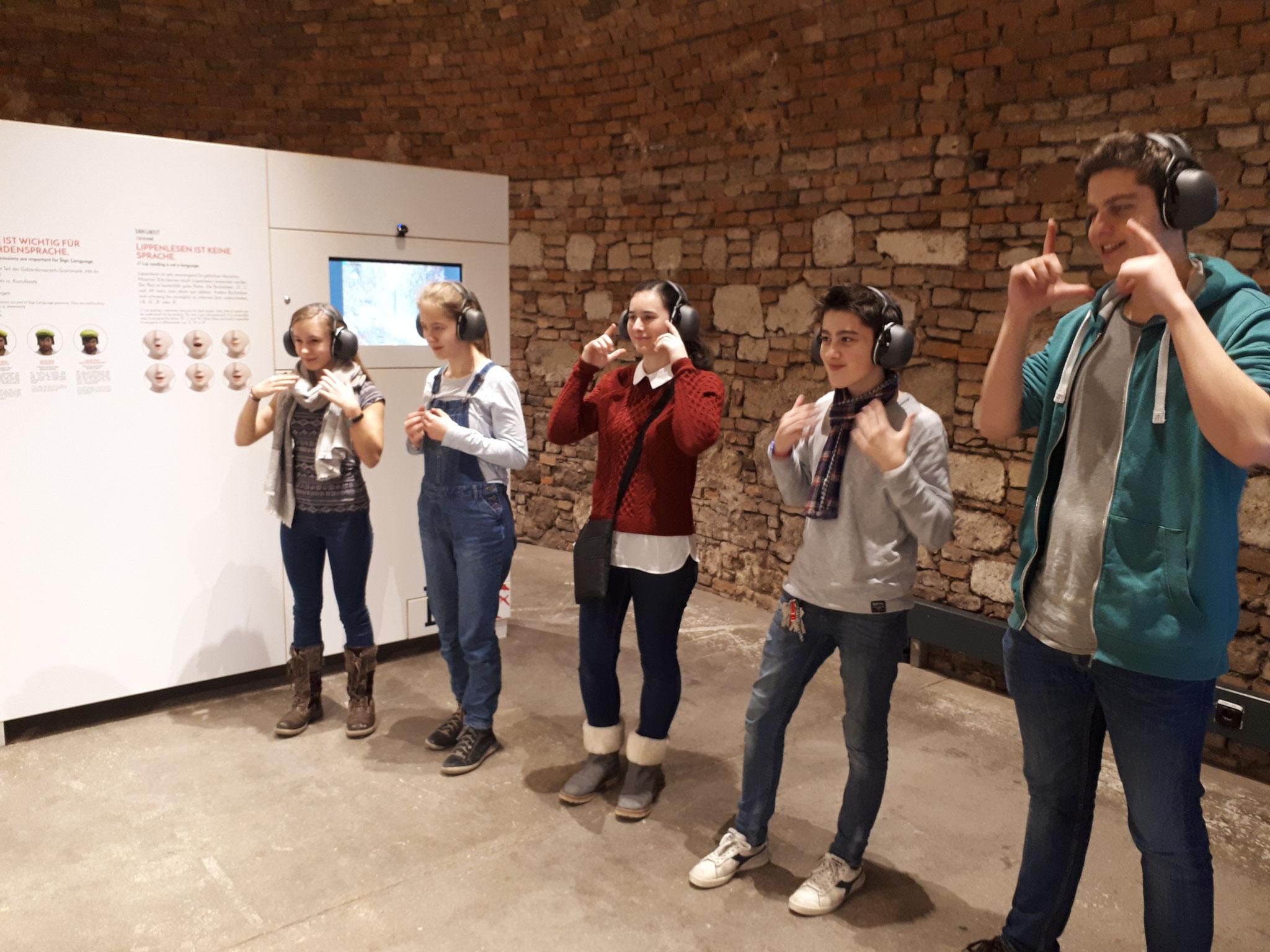 Besuch der Ausstellung Hands up!