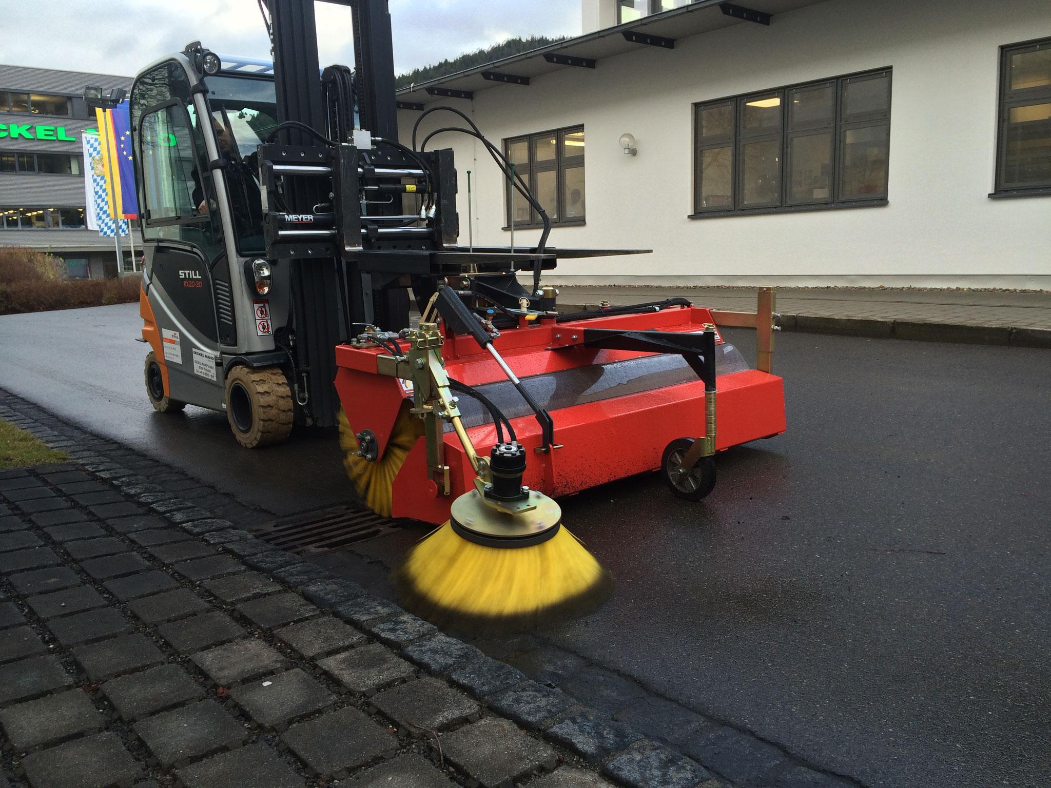 KM 570 Komfort am Gabelstapler Still mit Seitenbesen für randnahes Kehren