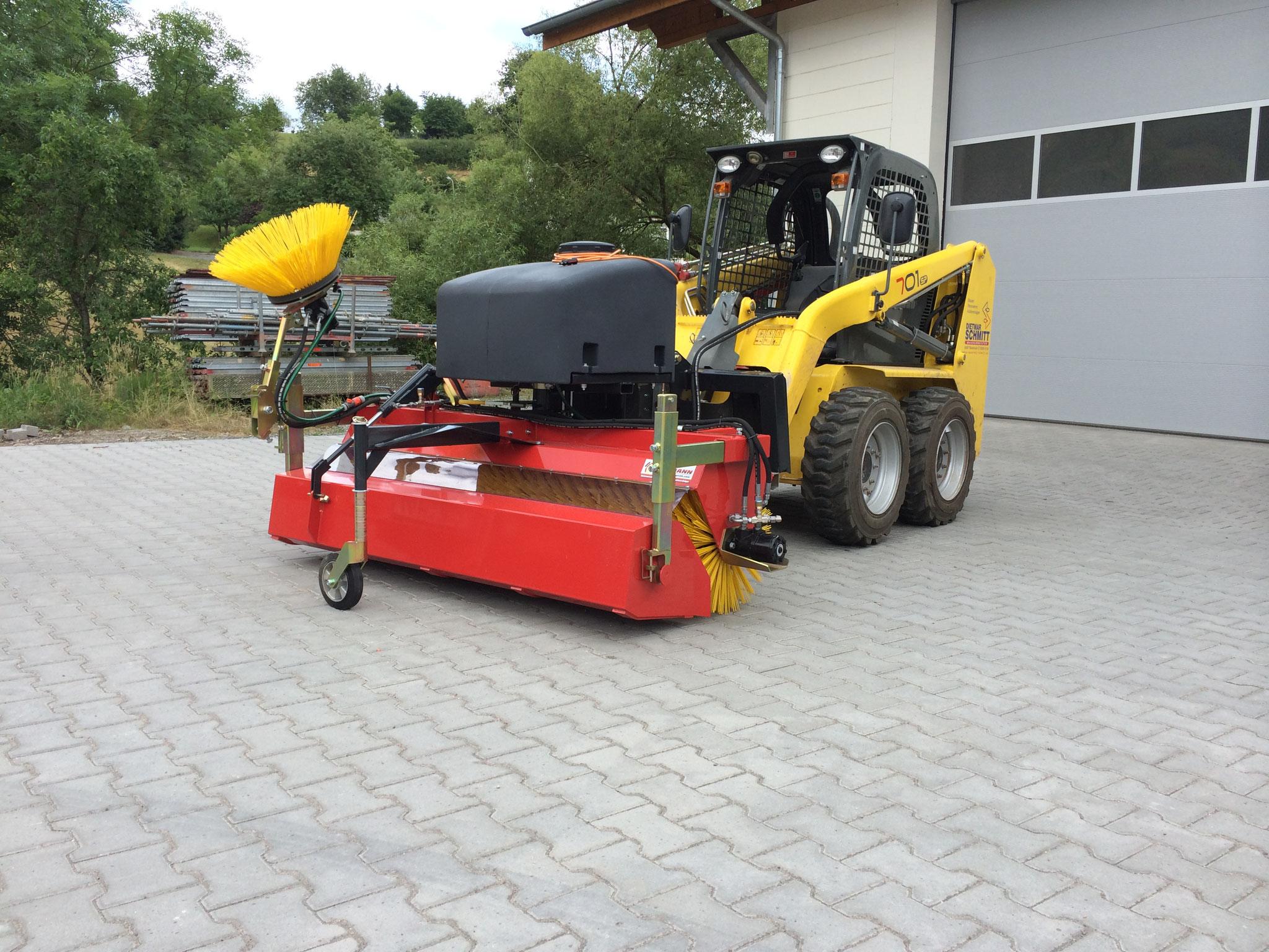 KM 570 Komfort am GEHL Kompaktlader mit Wassersprüheinrichtung und Seitenbesen