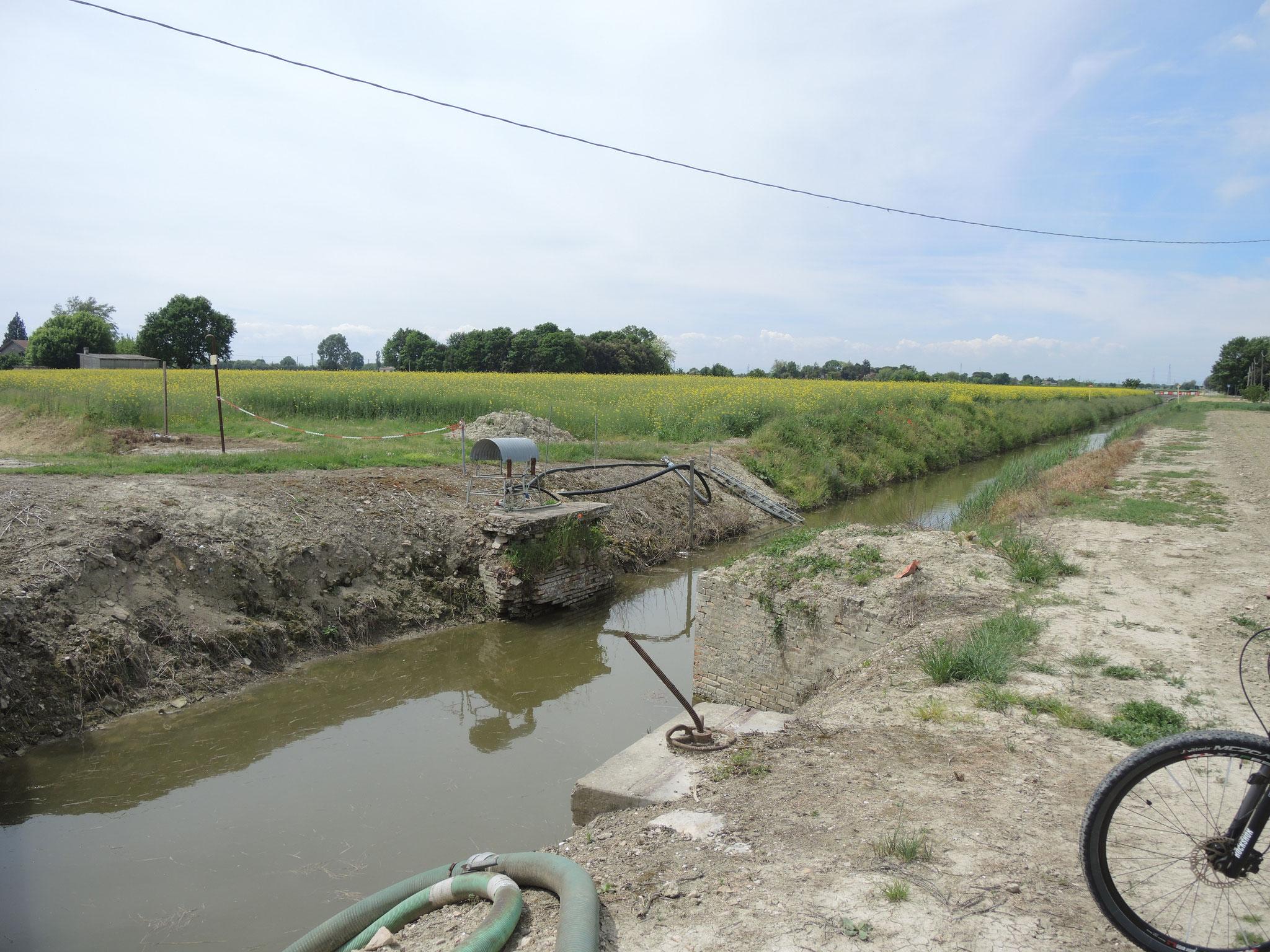 Resti del manufatto del ponte della ferrovia a scartamento ridotto dell'Eridania, per il trasporto delle barbabietole da zucchero in Via Canalazzo nei pressi di Sant'Antonio