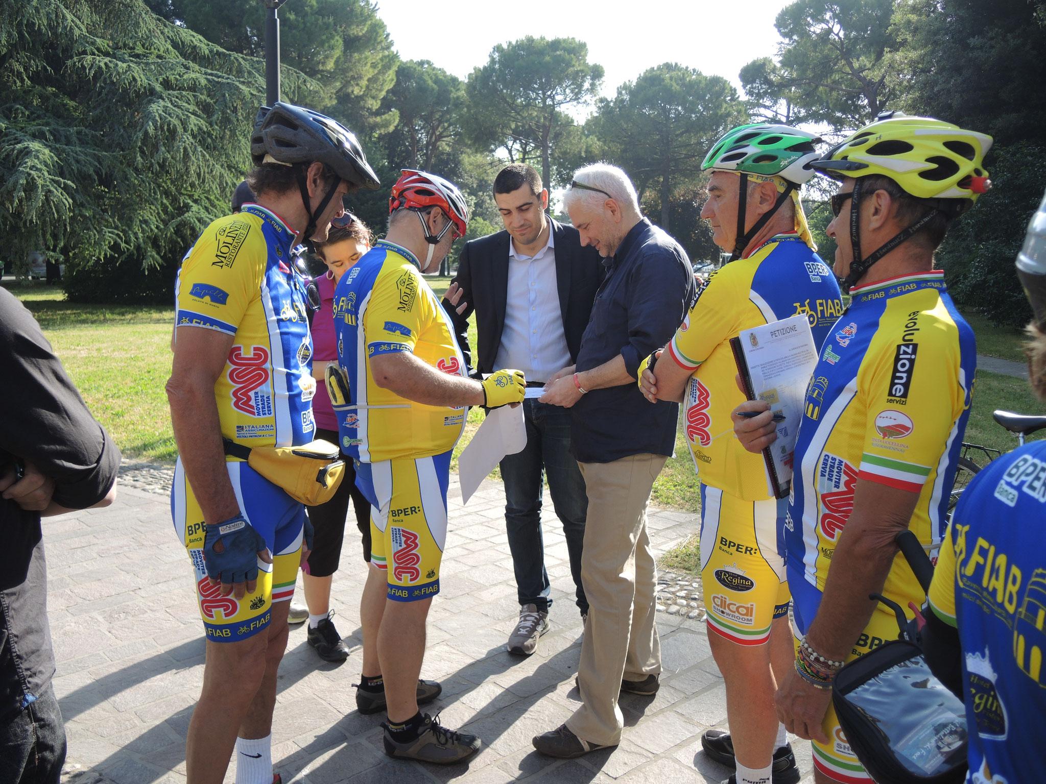 il candidato sindaco De Pascale sottoscrive la petizione per la realizzazione della ciclabile