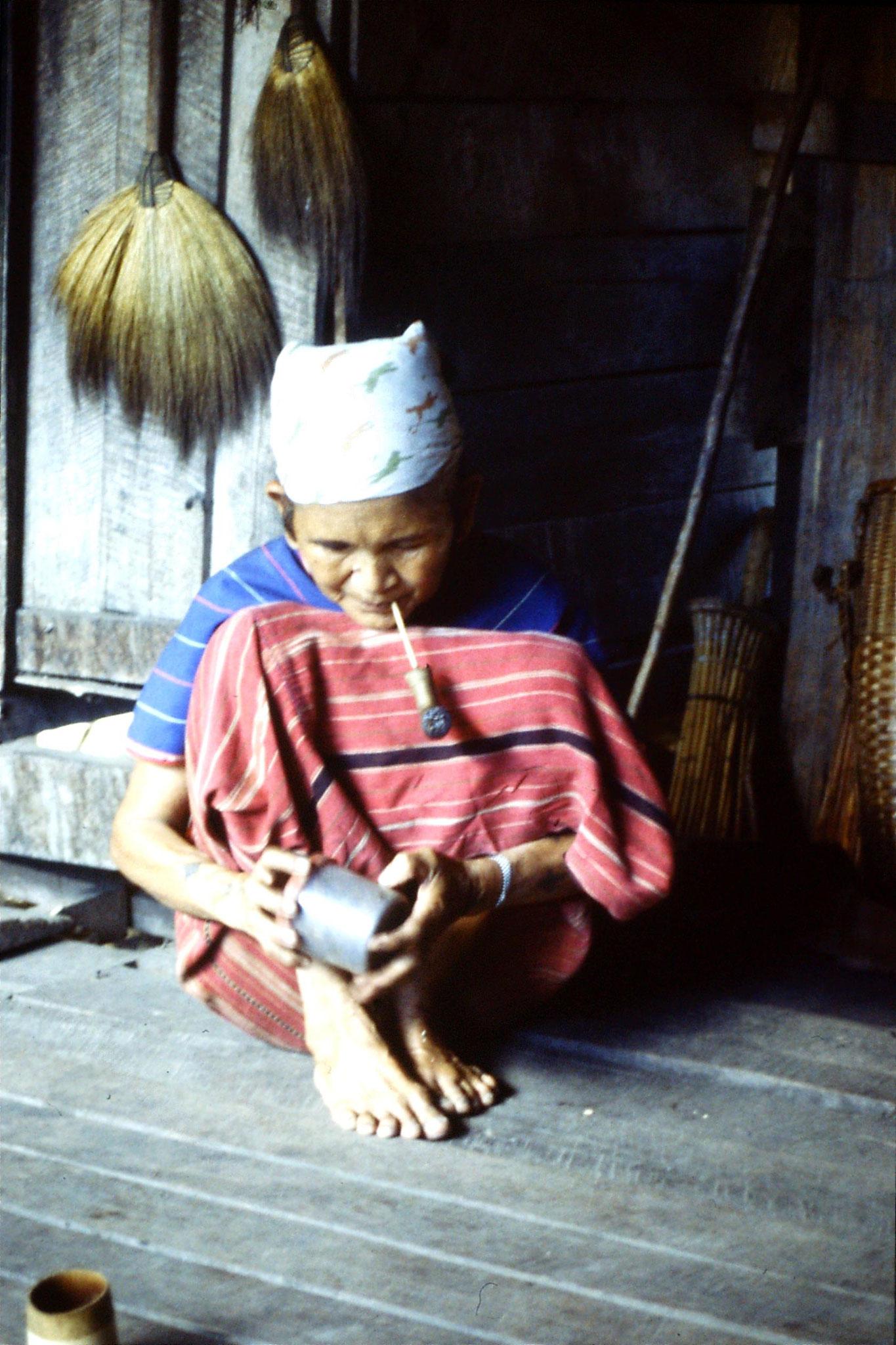 12/6/1990: 27: Trek - Hue Kom Karen village