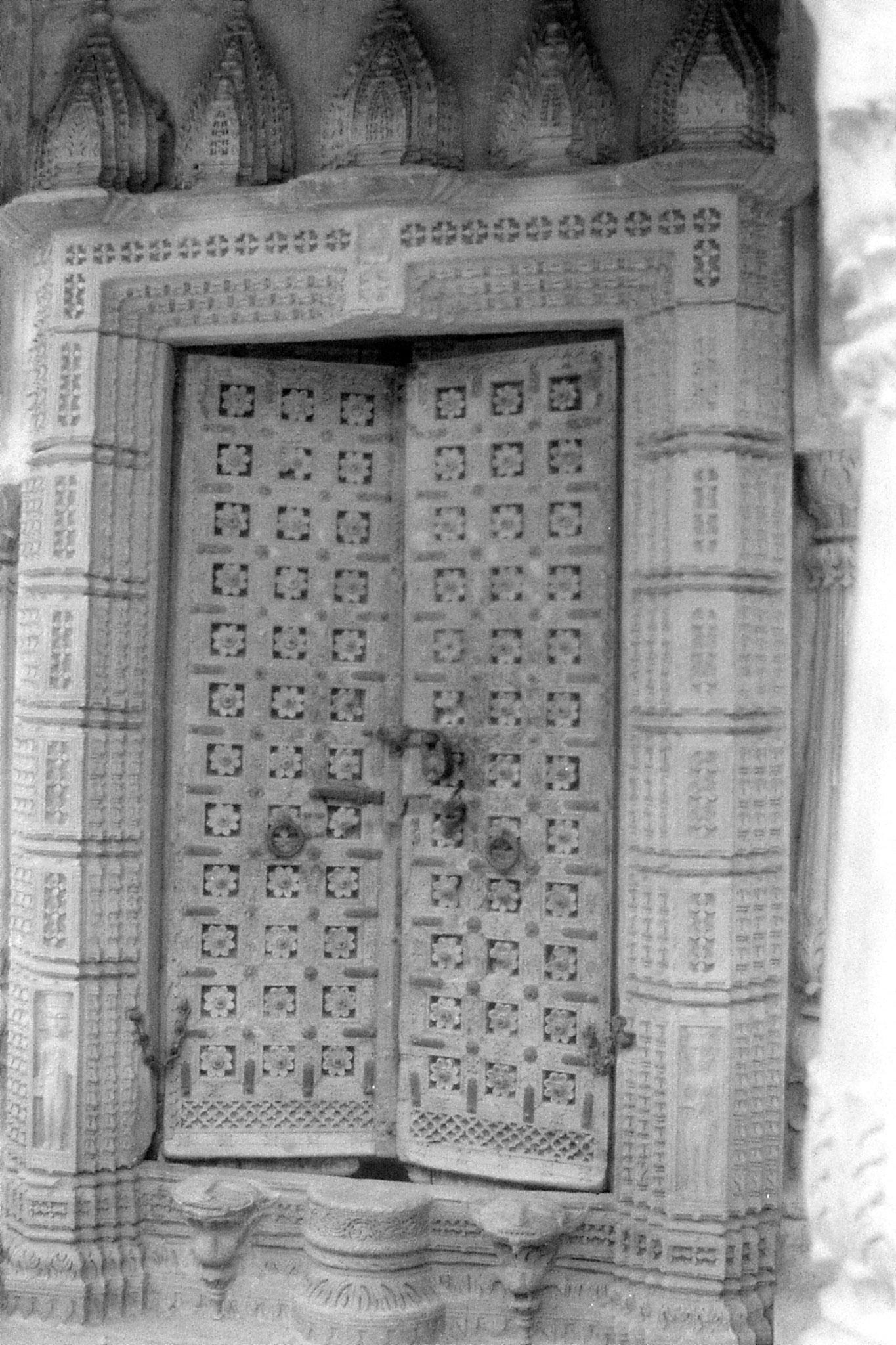 1/12/1989: 4: Jaisalmer, Ghadiser Tank doorway