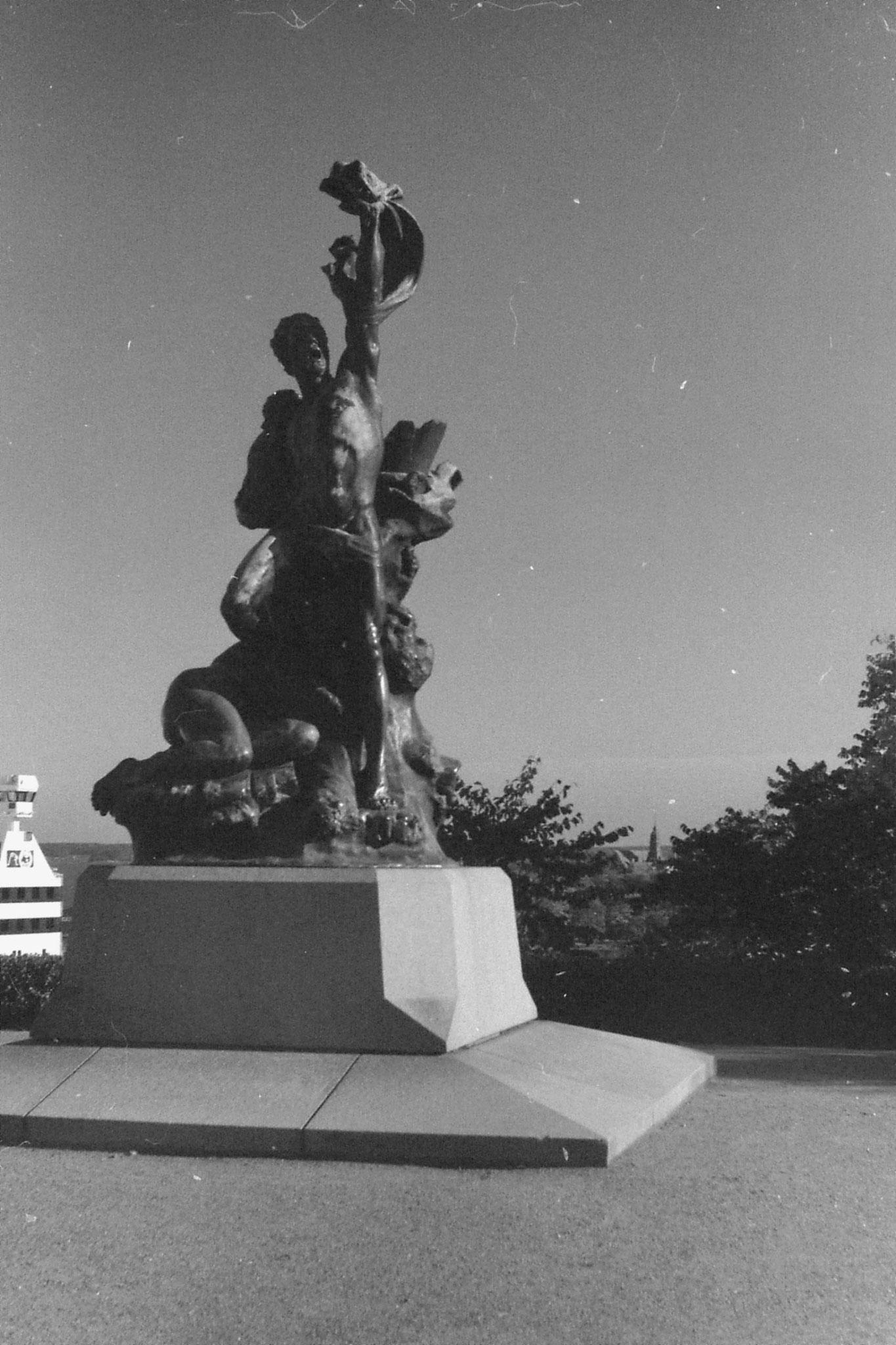 30/9/1988: 5: 'shipwrecked' statue