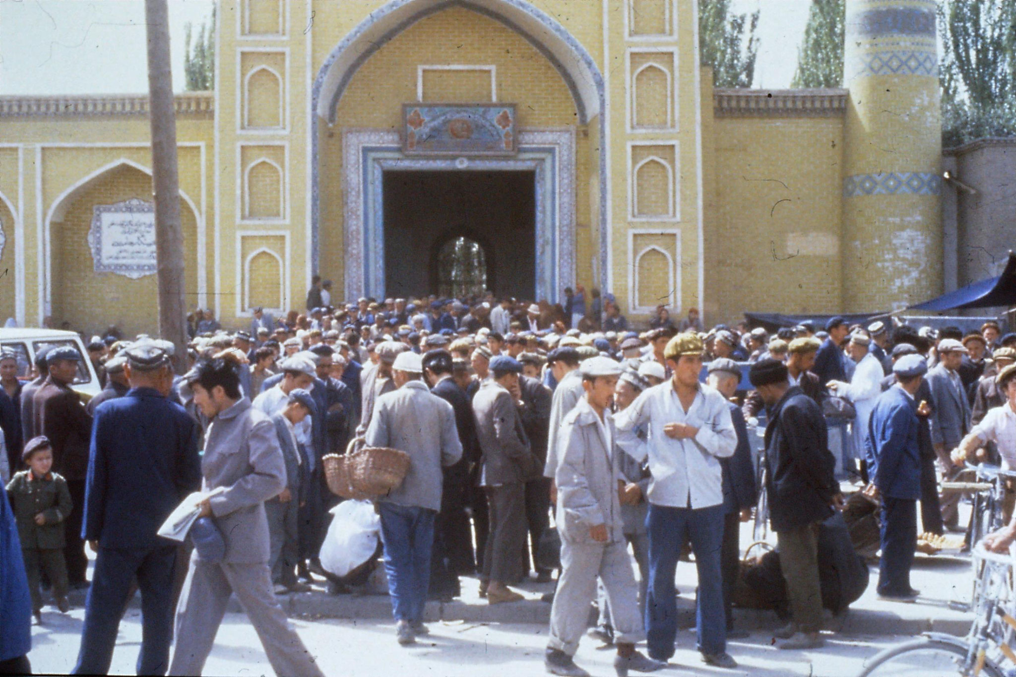 8/9/1989:22: Kasgar, women waiting at mosque gate