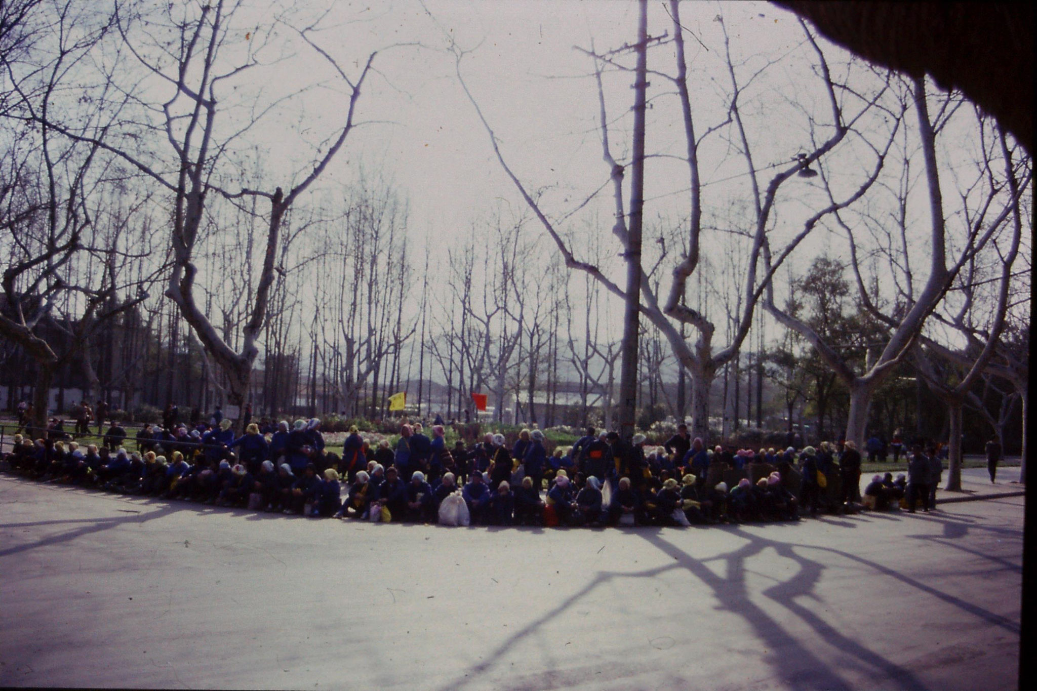 27/3/1989: 0: Hangzhou Ling Si temple pilgrims resting