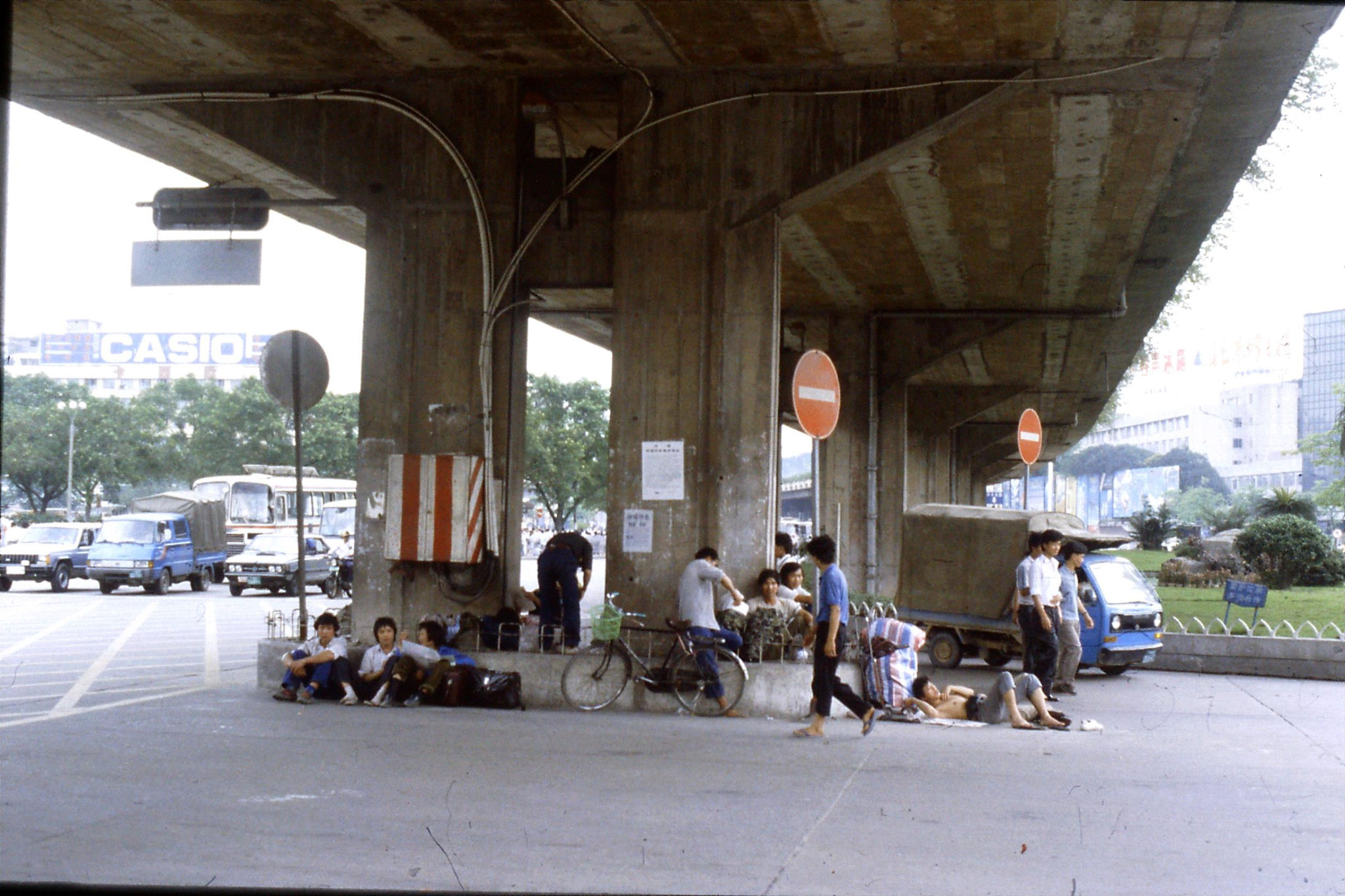 19/5/1989: 11: in front of station