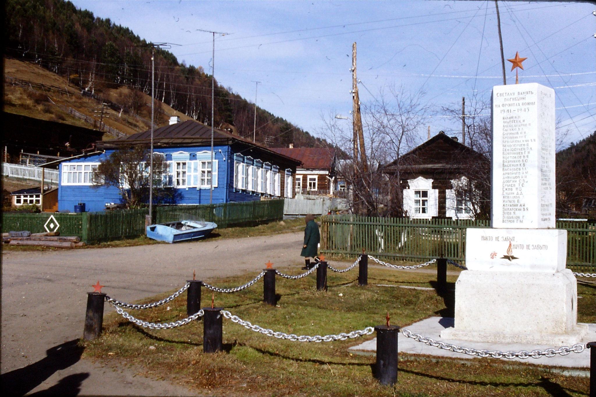 23/10/1988: 26: Lake Baikal Listvyanka and war memorial