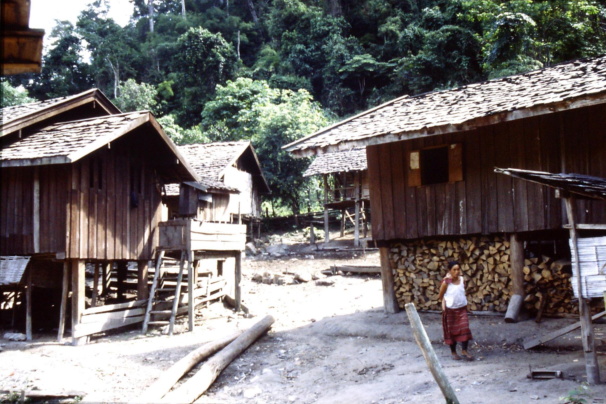 12/6/1990: 26: Trek - Hue Kom Karen village