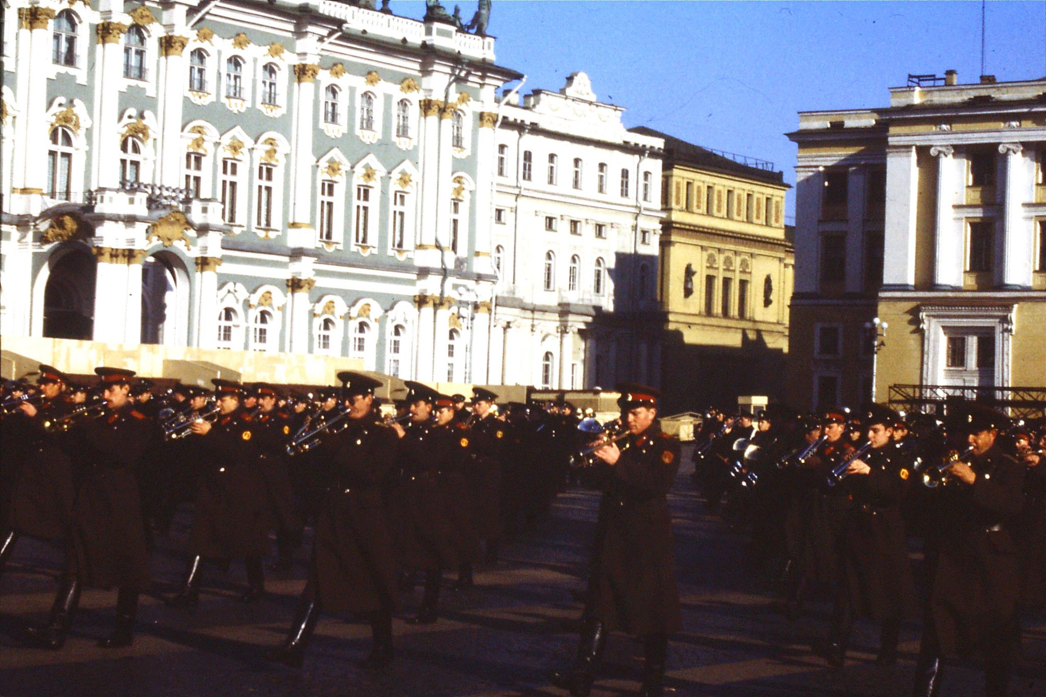 13/10/1988: 19:  Leningrad band in front of Hermitage