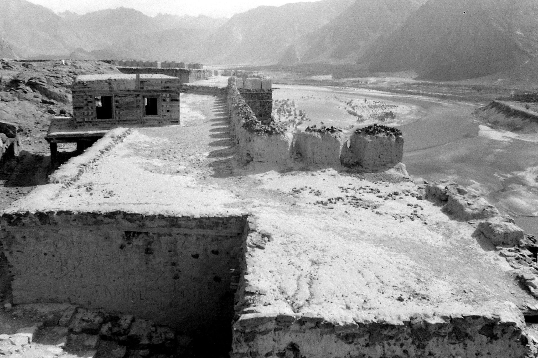 10/10/1989: 9: Skardu fort and Indus looking east