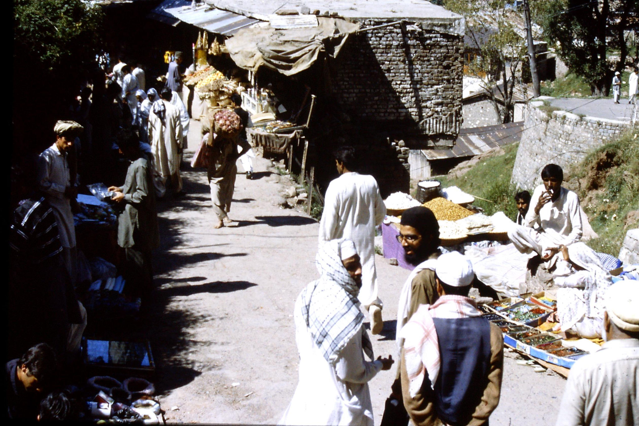 26/9/1989: 8: market in Murree