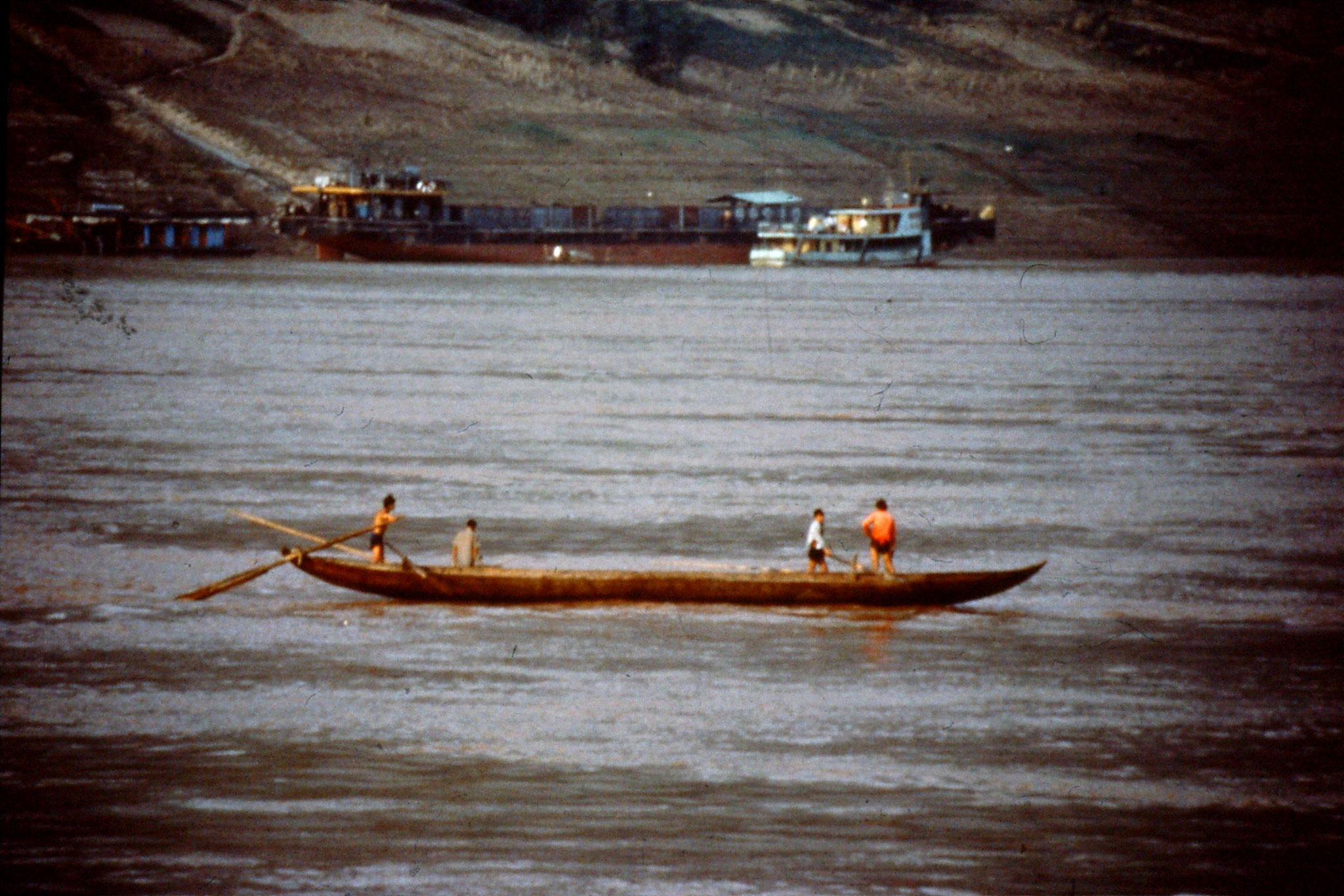 10/8/1989:12: 1900 two rowing boats at Fengjie