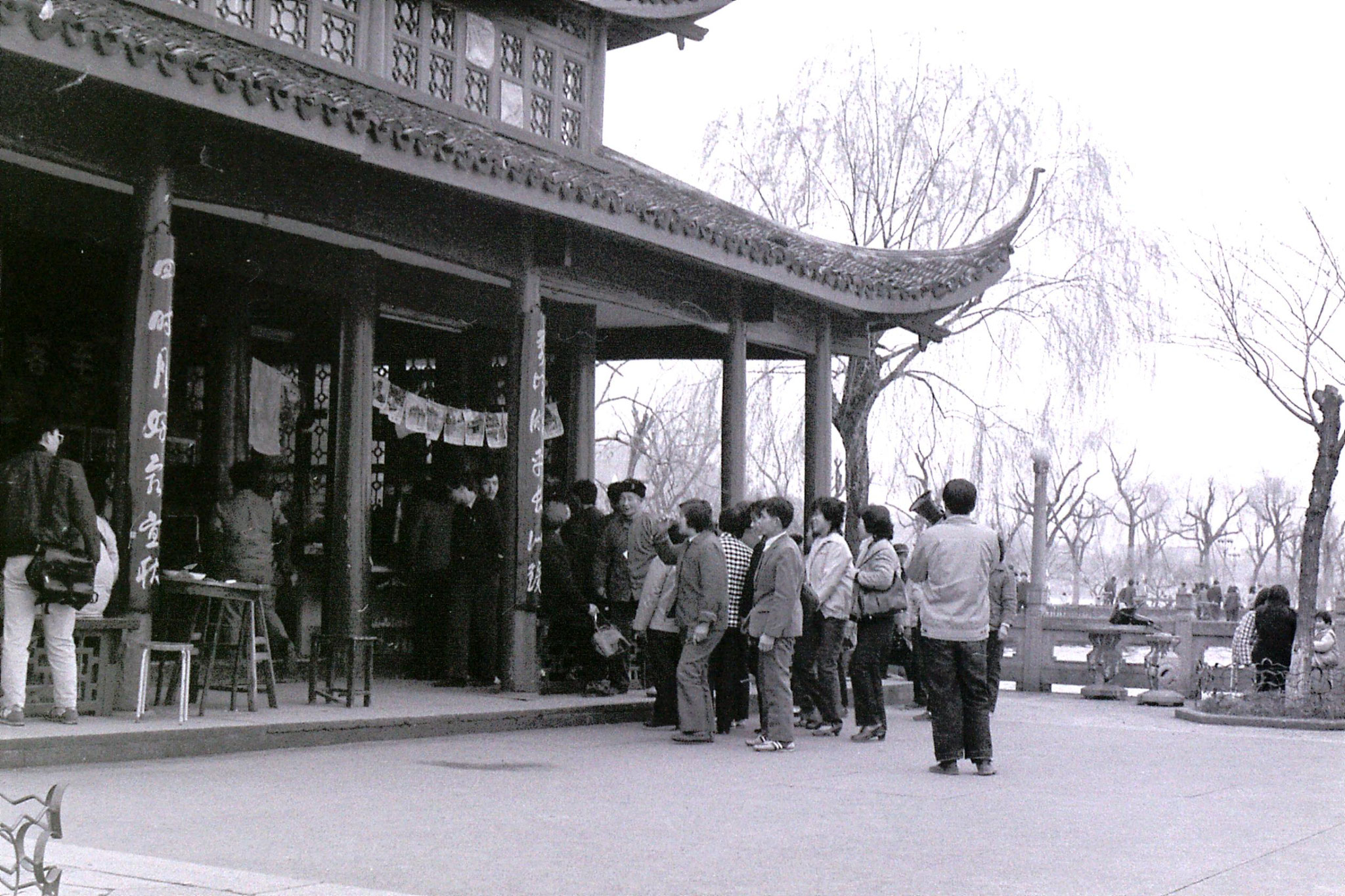 25/3/1989: 32: Hangzhou at teahouse on lake, man with megaphone