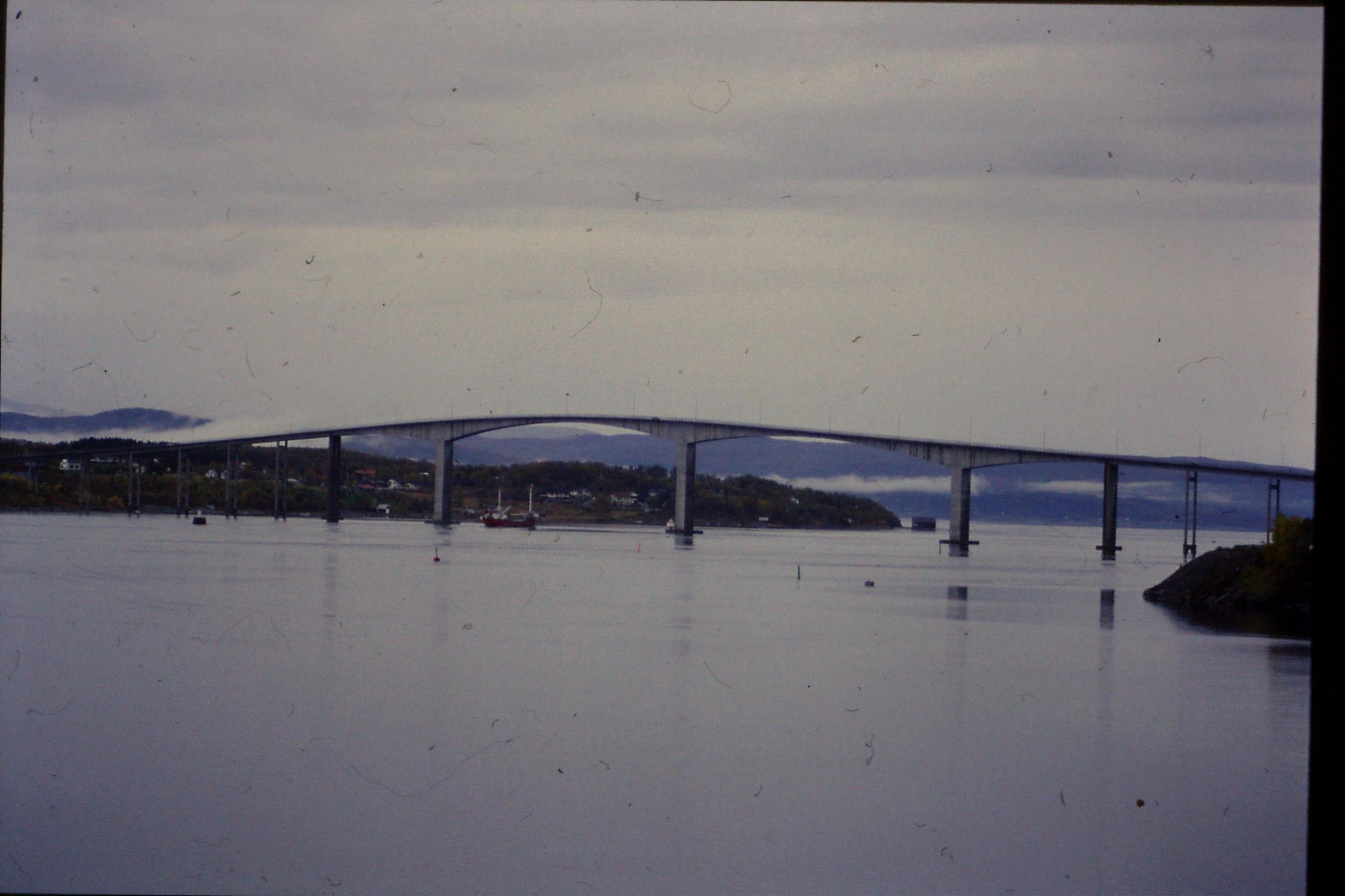 25/9/1988: 29: fishing boat going through bridge
