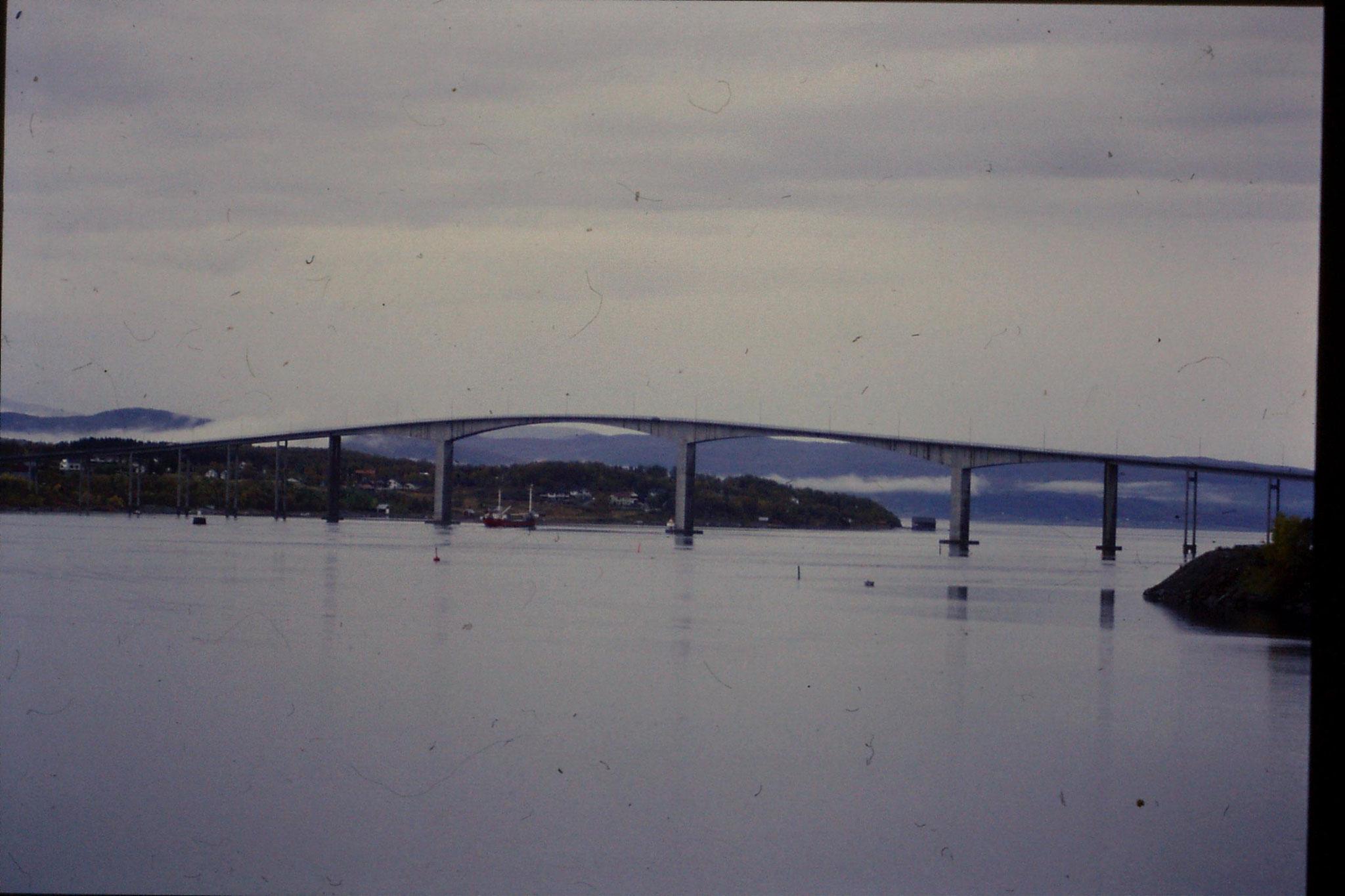 25/9/1988: 29: fishing boat going through bridge