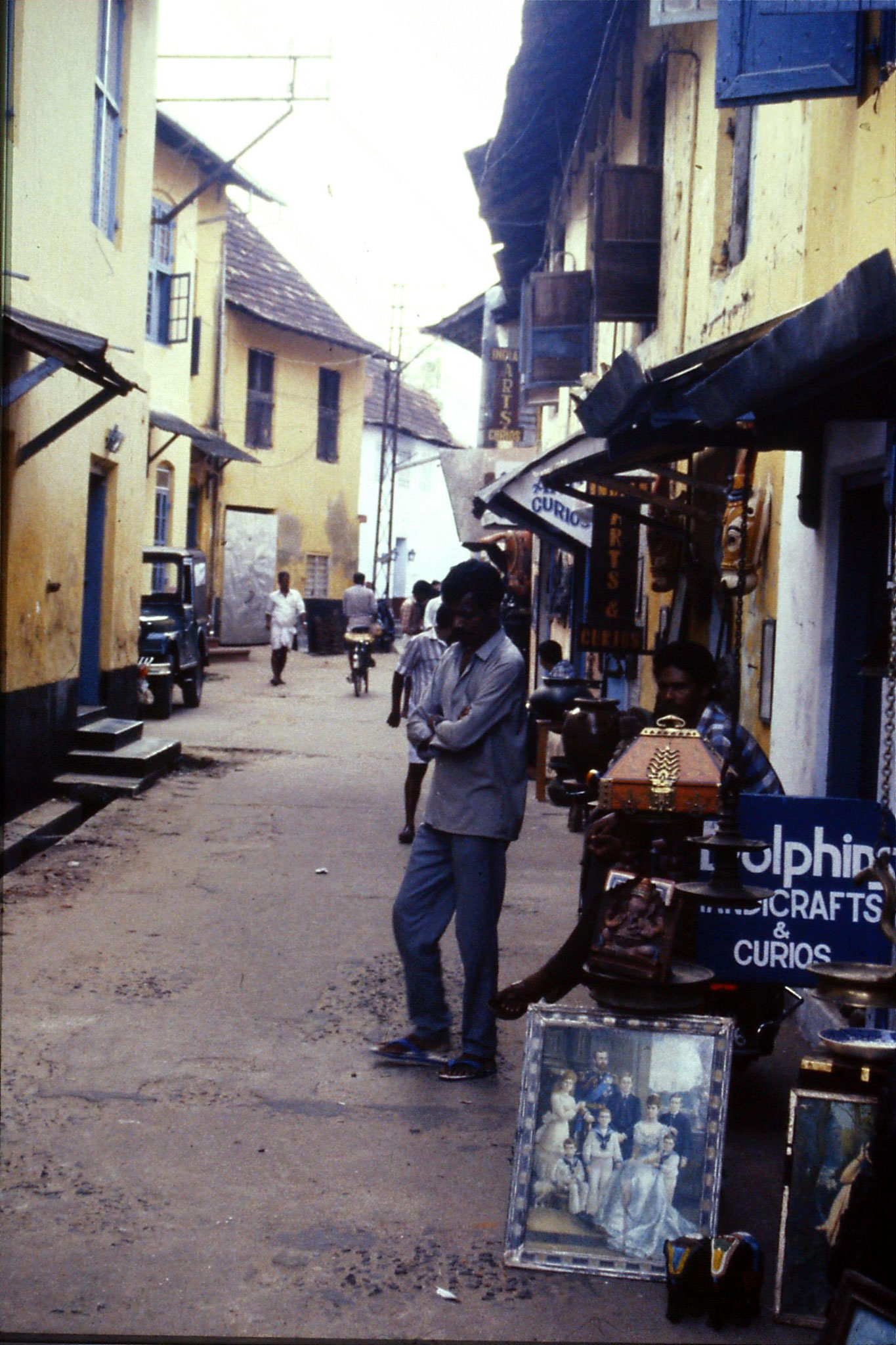 106/14: 24/2/1990 Cochin - street of synagogue in Jewtown