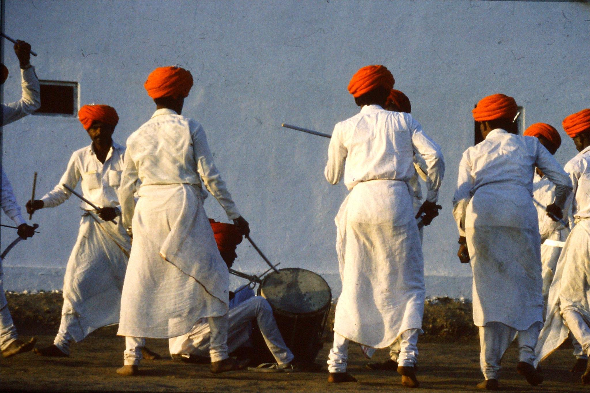 8/12/1989: 27: Udaipur Shilp Gram Craft Centre dancing