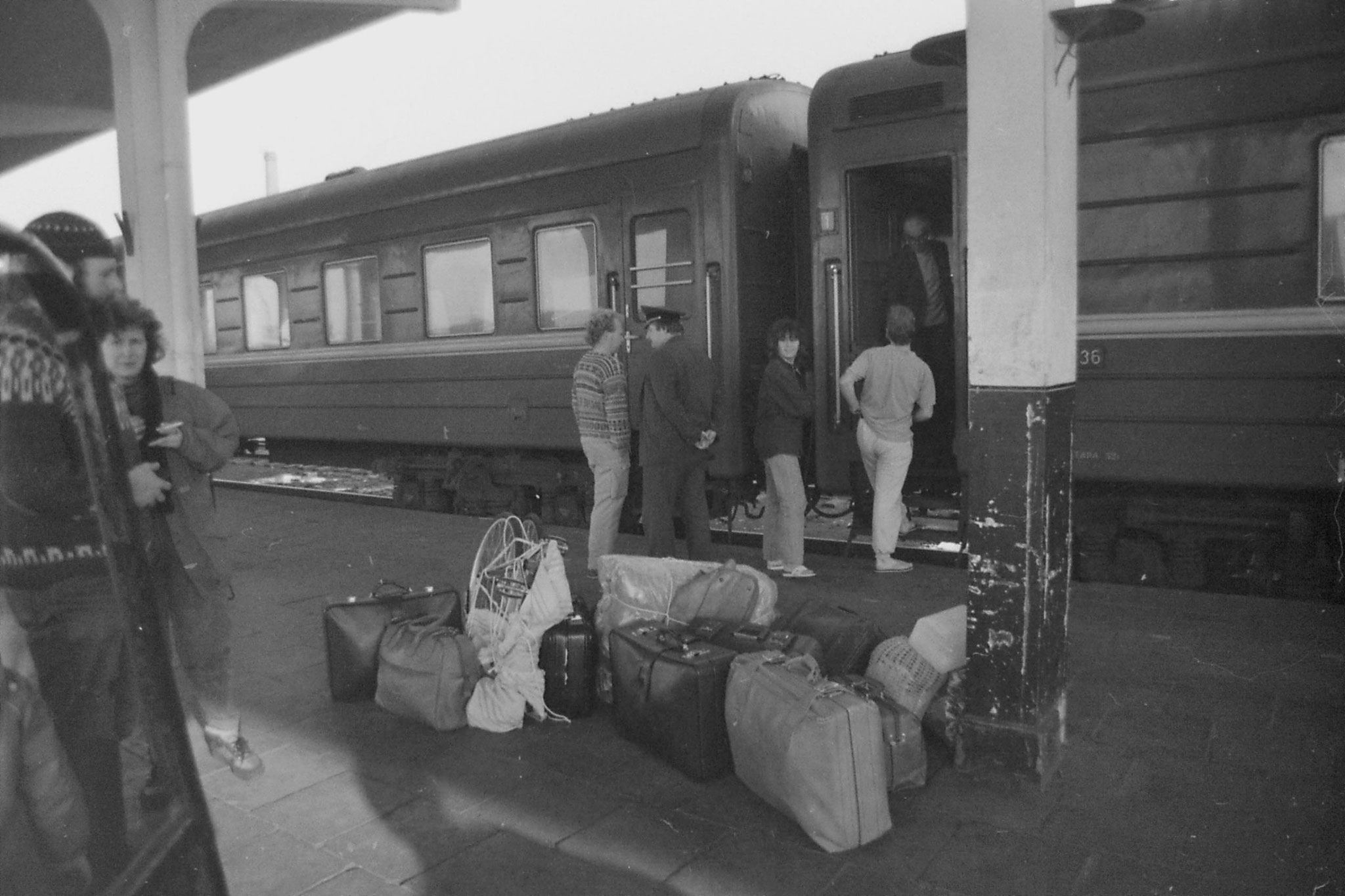 27/10/1988: 22: luggage from one compartment (3 adults and 2 children)