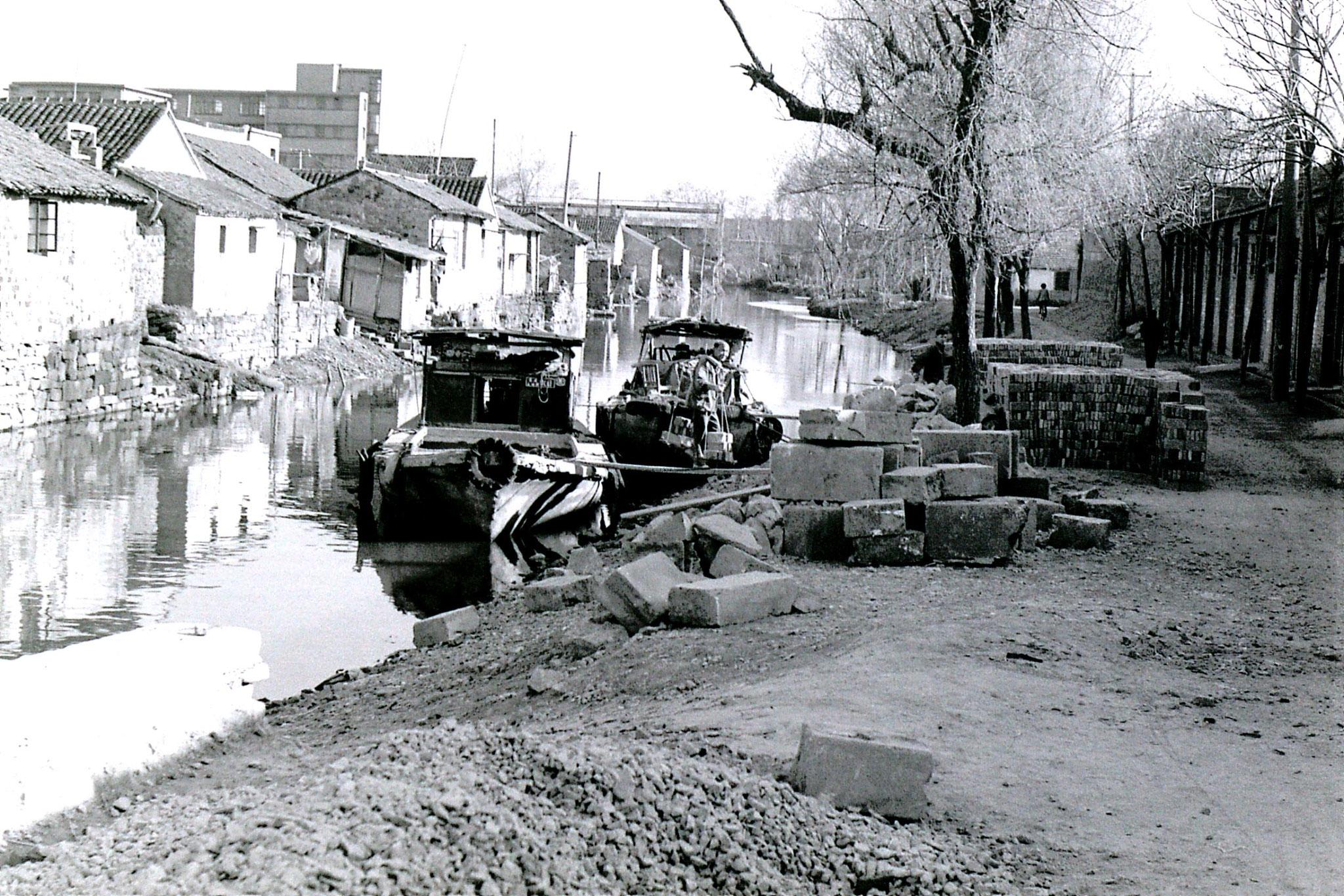 21/3/1989: 17: Suzhou unloading bricks