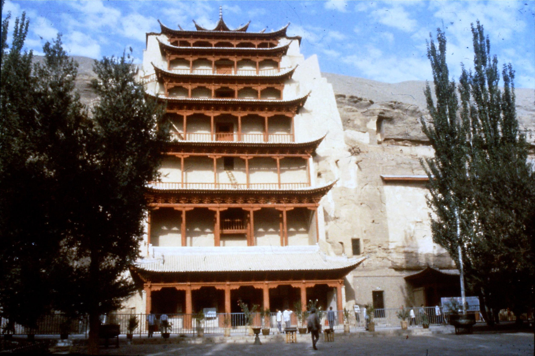 26/8/1989:19: Mogao Caves, Dunhuang, outside Giant Buddha Caves