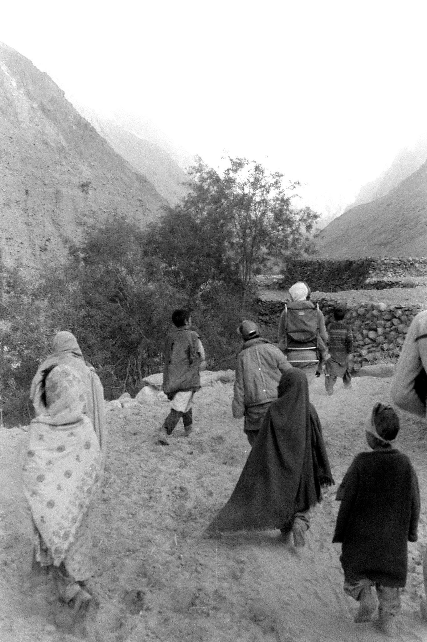 16/10/1989: 23: Khane, Joy with village children