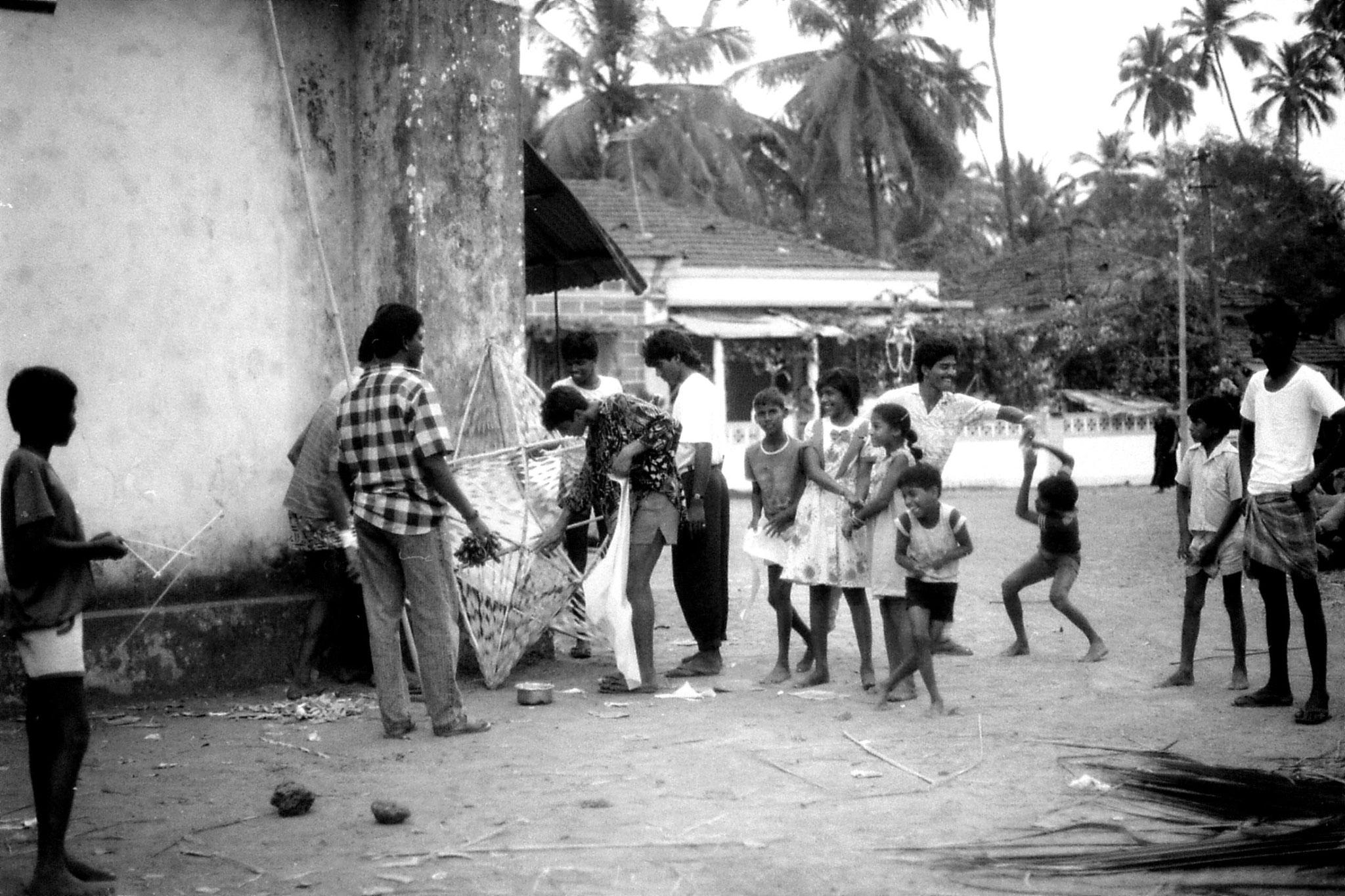 28/12/1989: 33:Siolim Goa, boys making Xmas decorations