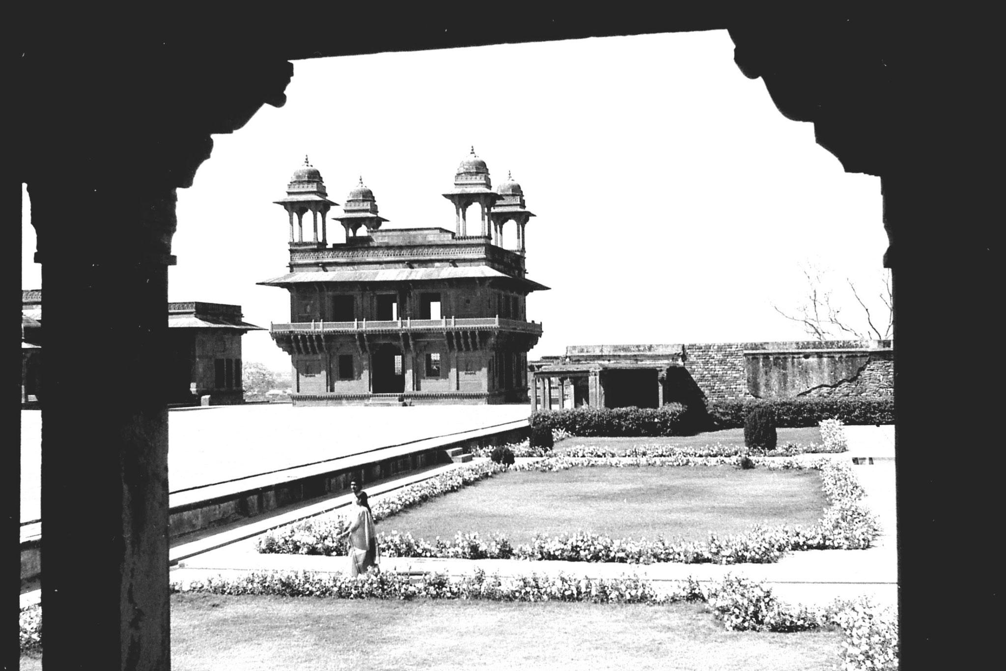 31/3/90: 35: Fatehpur Sikri: Diwan-i-khas from Turkish Sultana's house