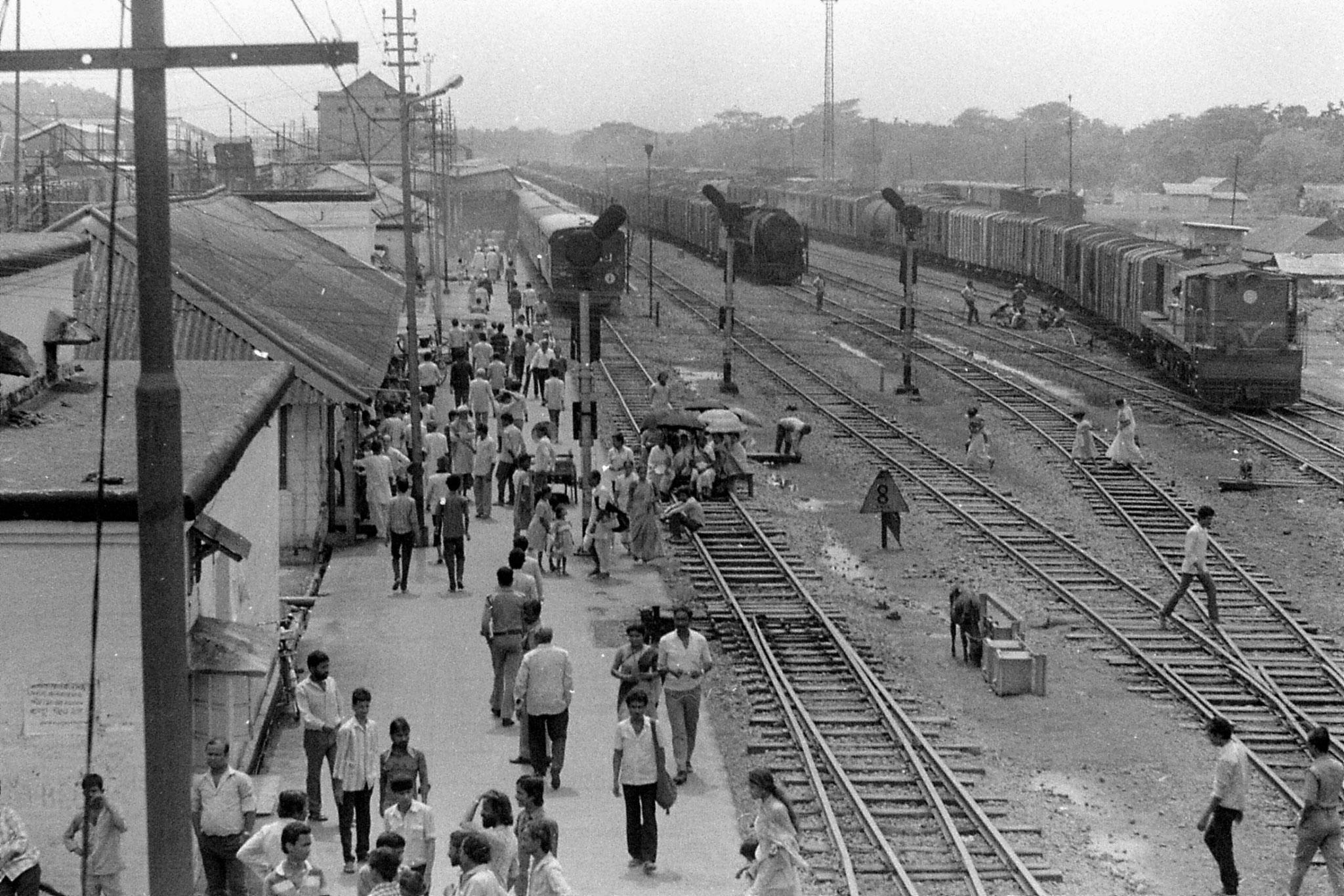 12/4/1990: 36: women strikers blocking train