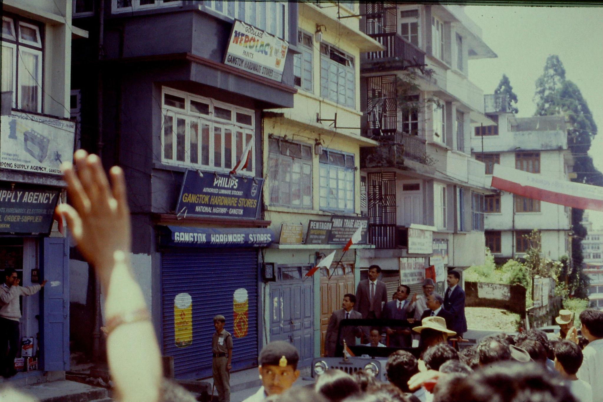 115/1: 22/4/1990 Gangtok (Sikkim) - V P Singh in jeep