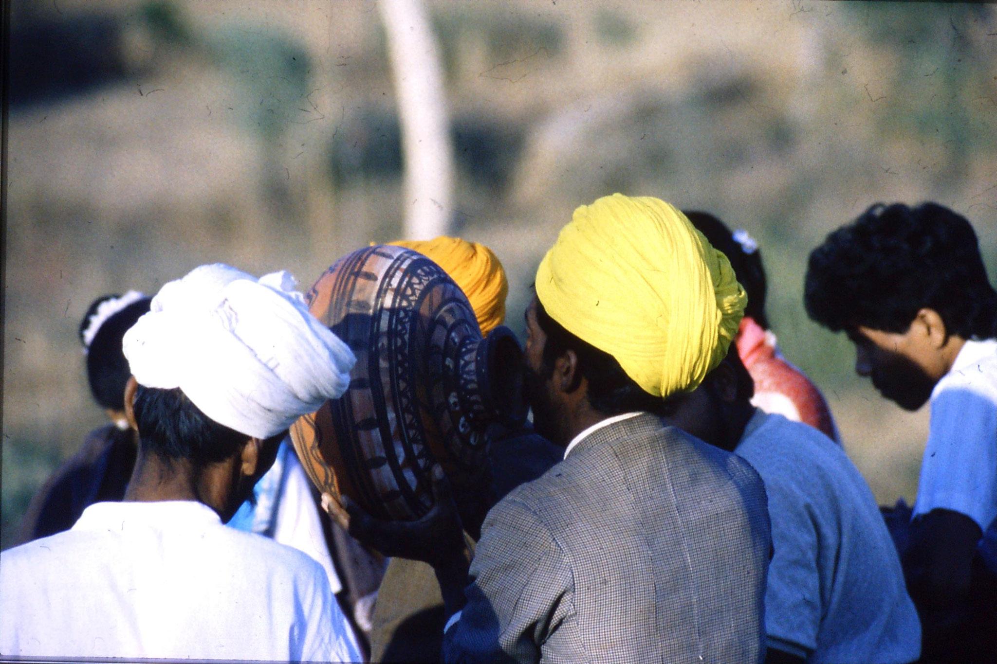8/12/1989: 26: Udaipur Shilp Gram Craft Centre dancing