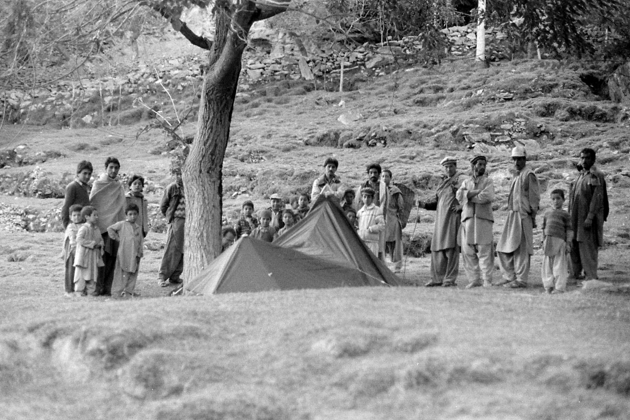 12/10/1989: 11: Kiris, crowd around our tent