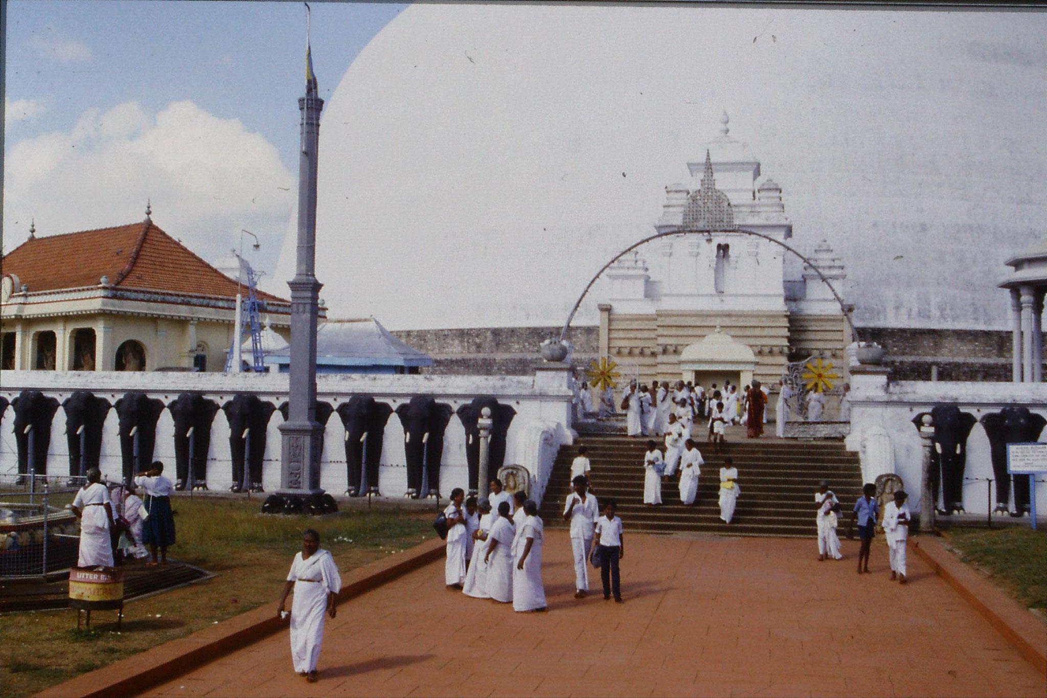 9/2/1990: 9: Anuradhapura, Ruvanvelisaya Dagoba approach