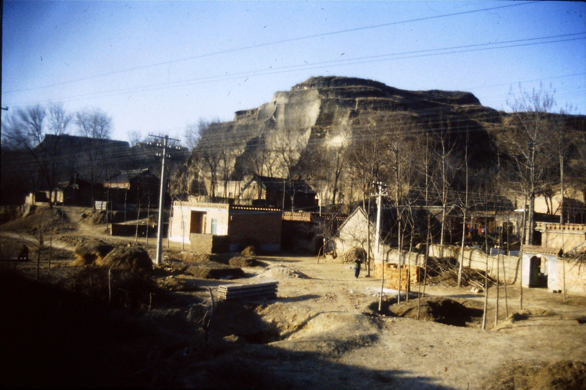 7/3/1989: 0: Journey Xian to Beijing, 0815 houses in loess cliff on edge of plain