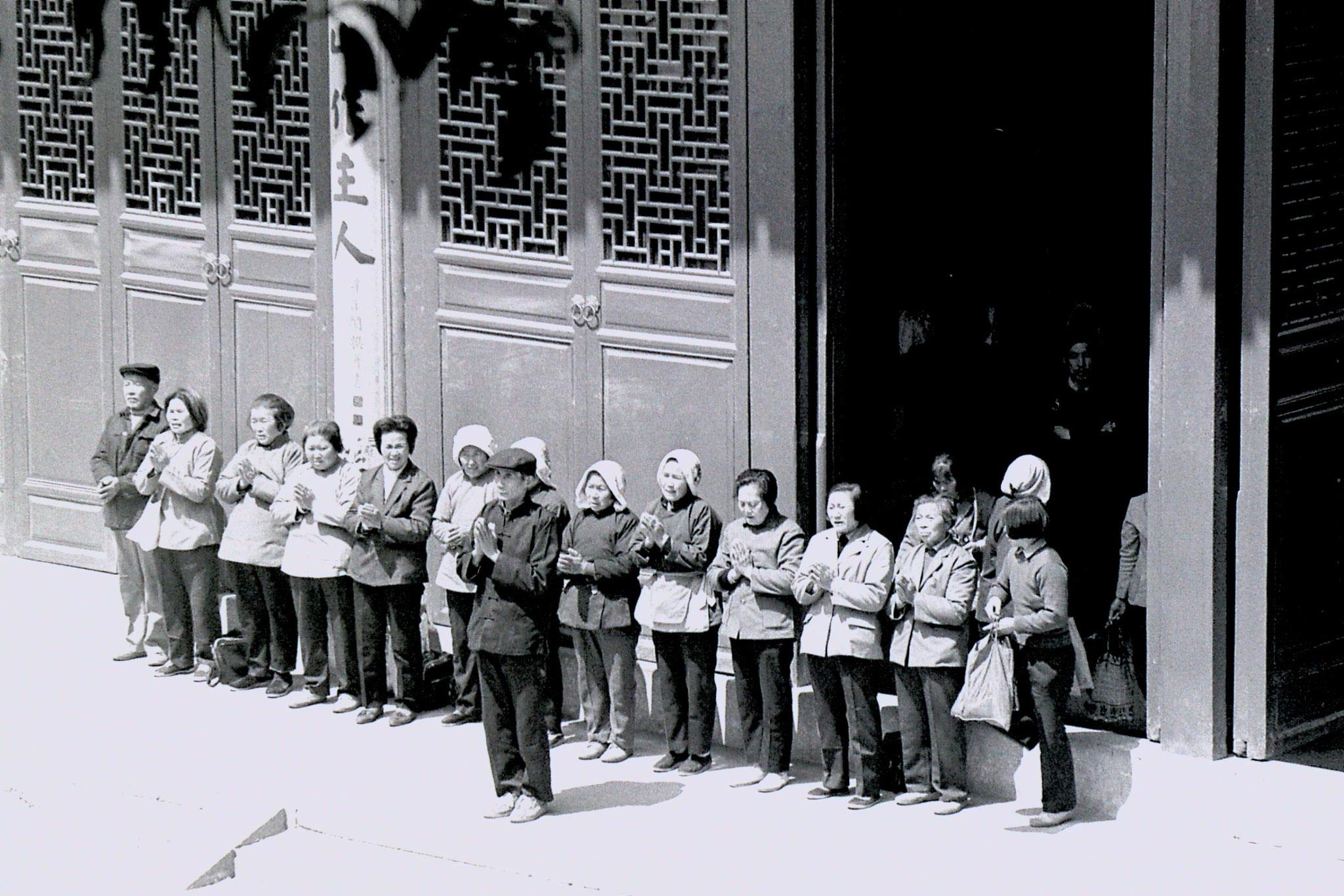 27/3/1989: 8: Lingu Temple pilgrims