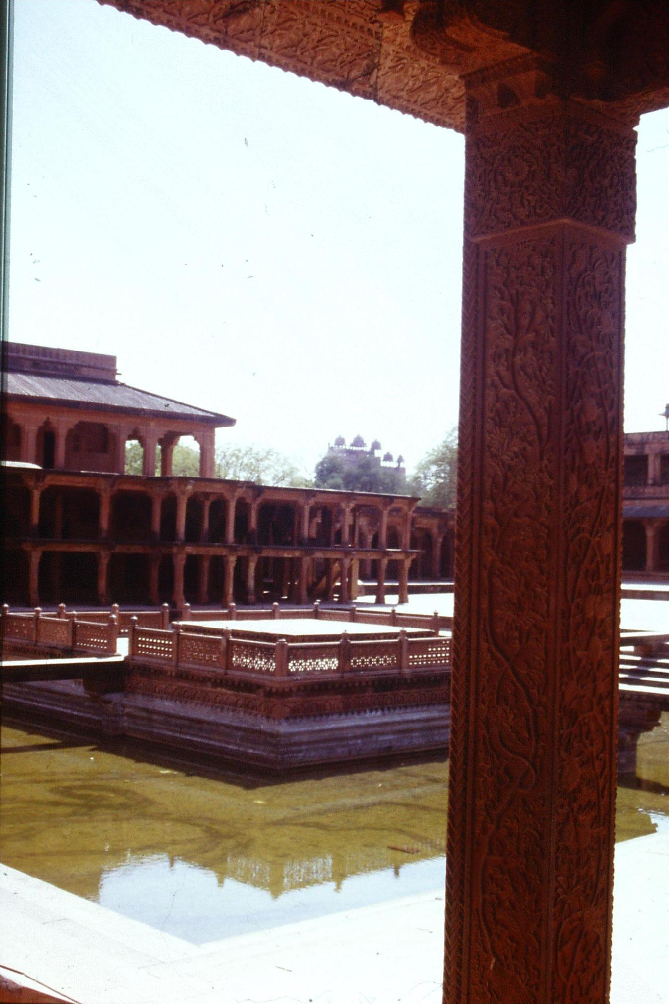 109/12: 31/3/1990 Fatehpur Sikri - looking at Turkish Sutan's house