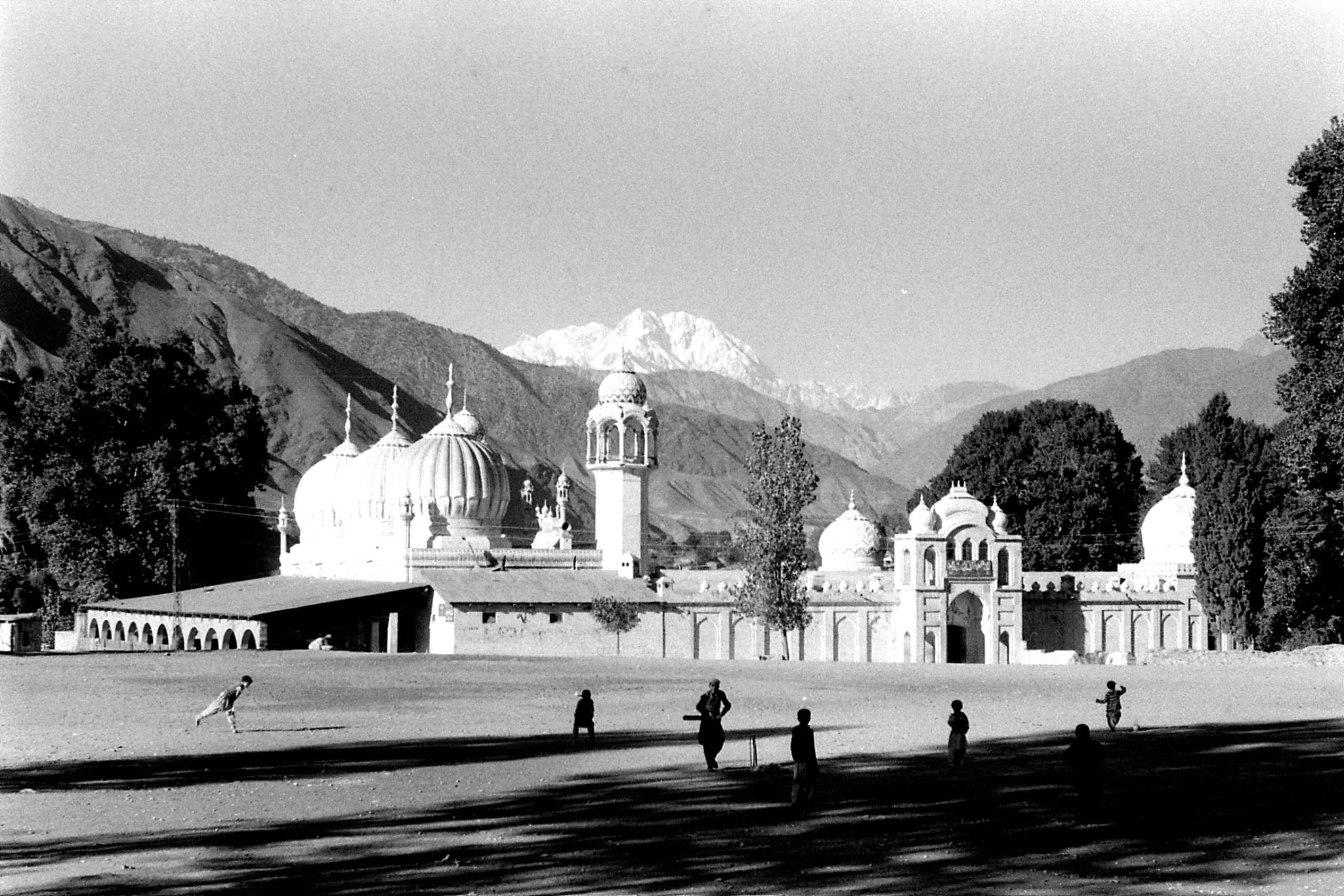 28/10/1989: 19: Chitral, mosque, Tirich Mir and cricket match