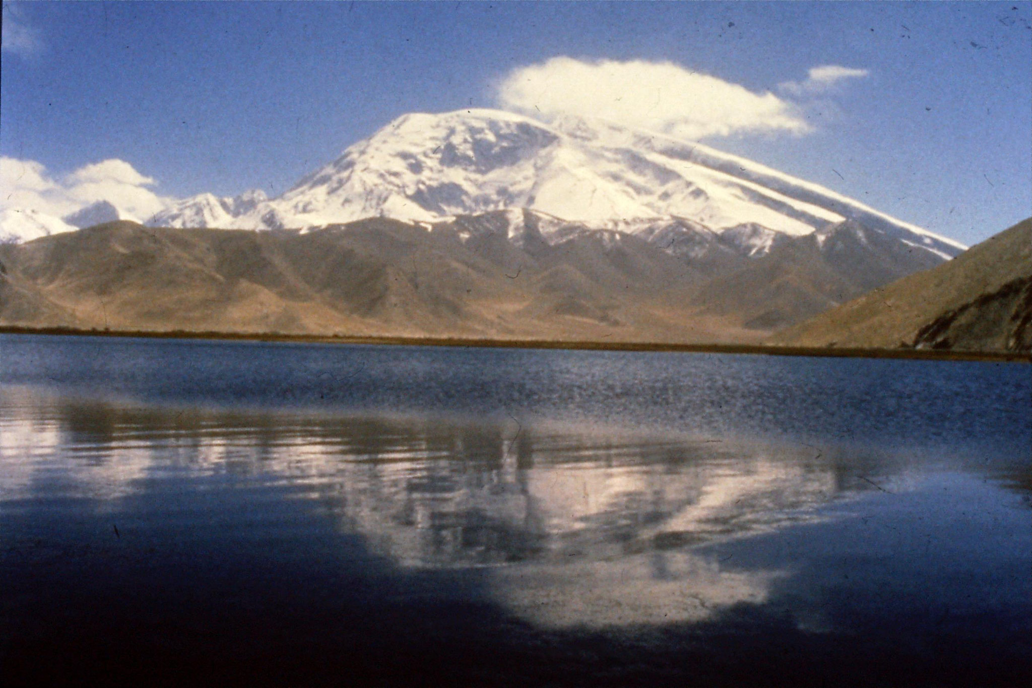 11/9/1989:25: Karakoram Highway, at Karakuli Lake, Mt Muztagta
