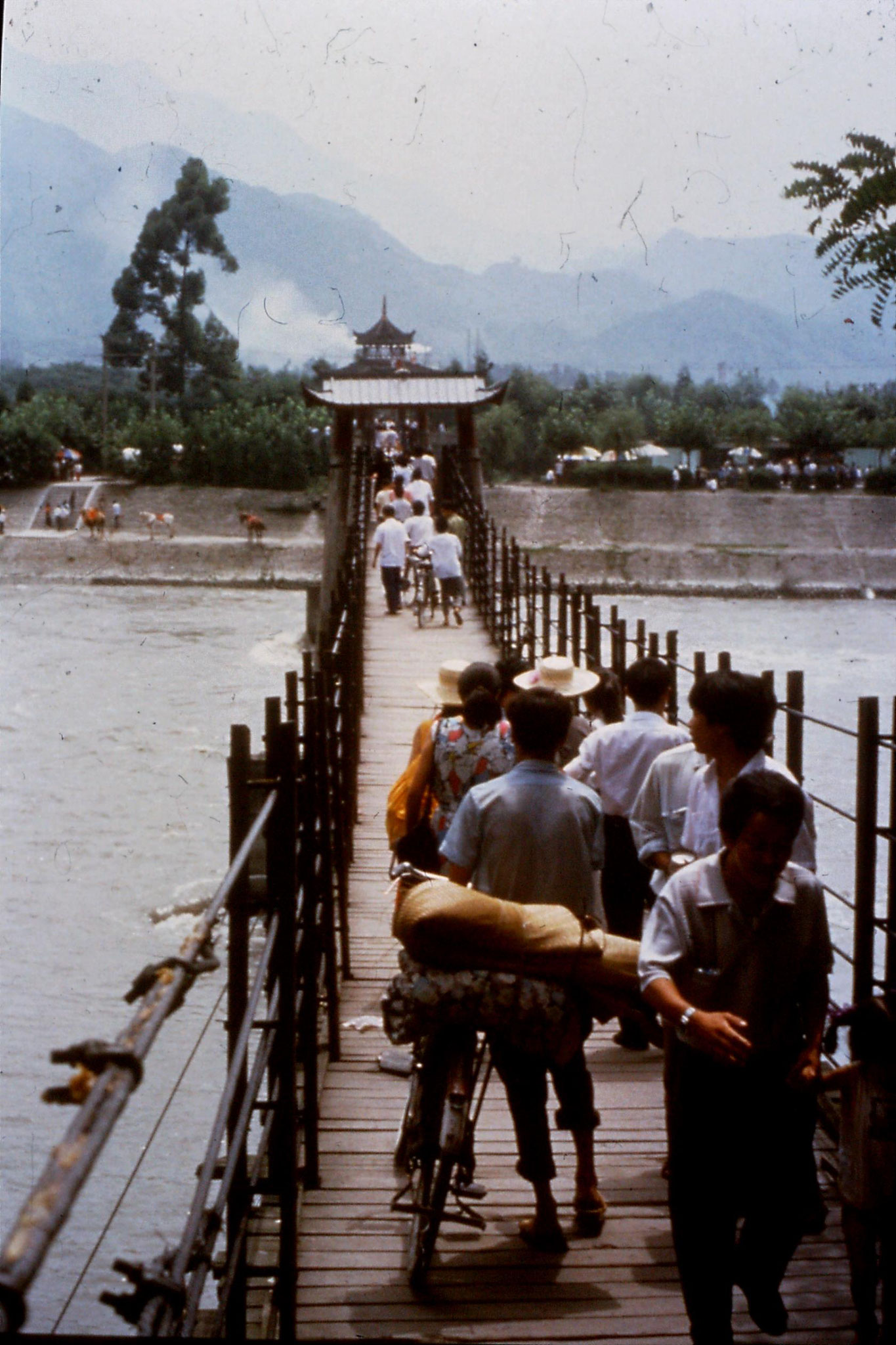 20/8/1989:33: Dujiangyan suspension bridge