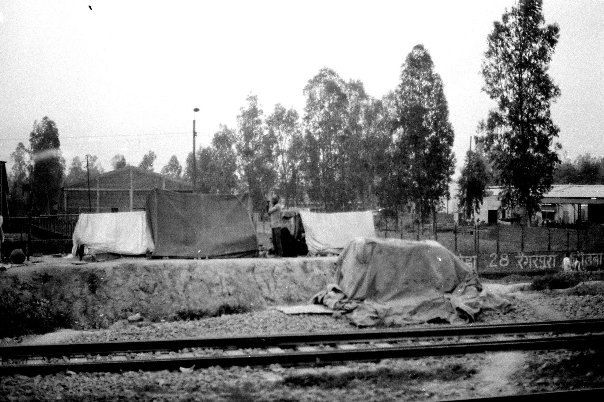 6/4/1990: 37: labourers' tents