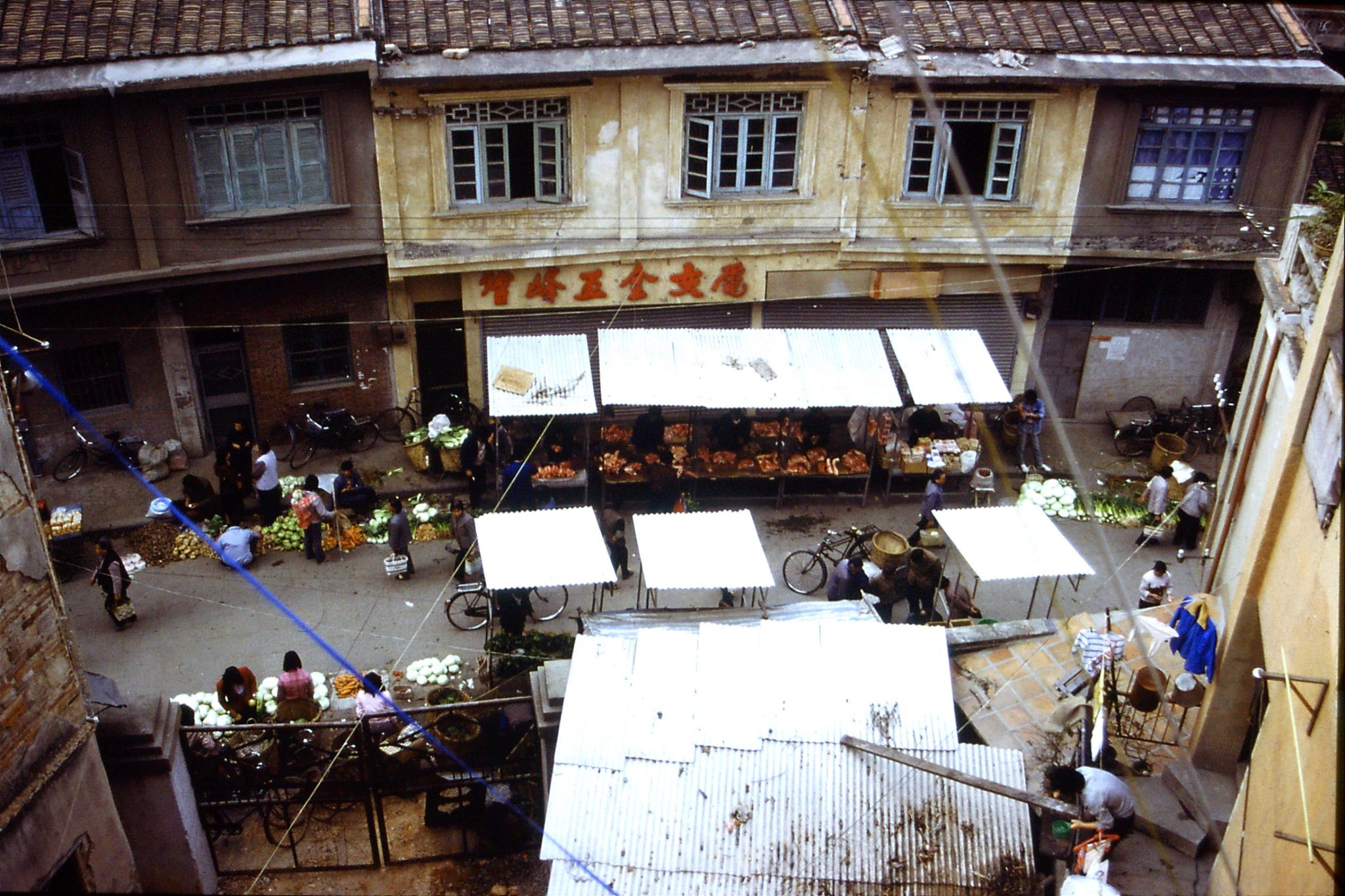 30/3/1989: 13: Xiamen market from hotel window