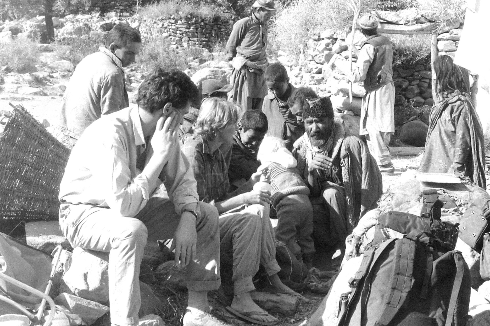16/10/1989: 30: locals surrounding Jerome