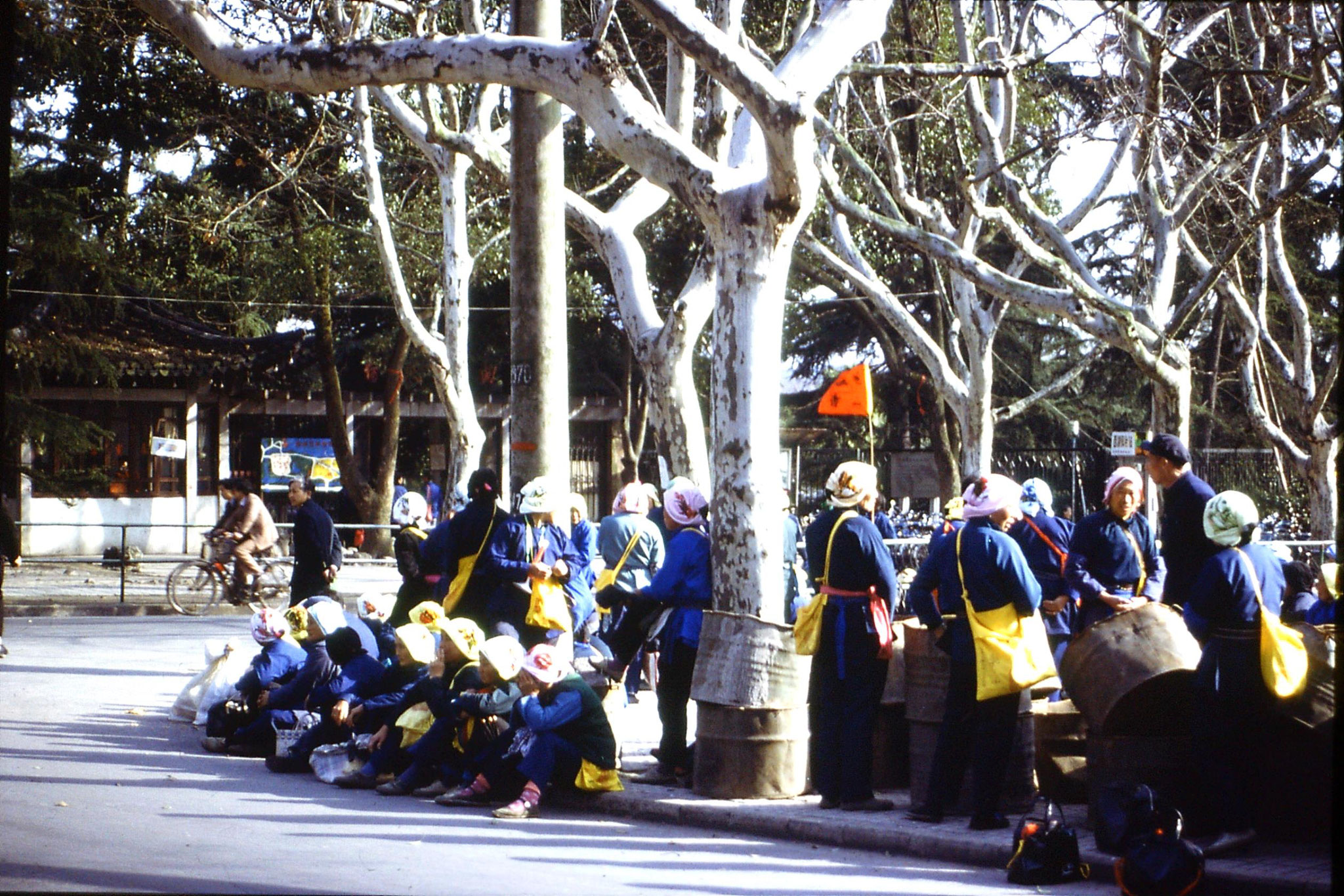 27/3/1989: 1: Hangzhou Ling Si temple pilgrims resting
